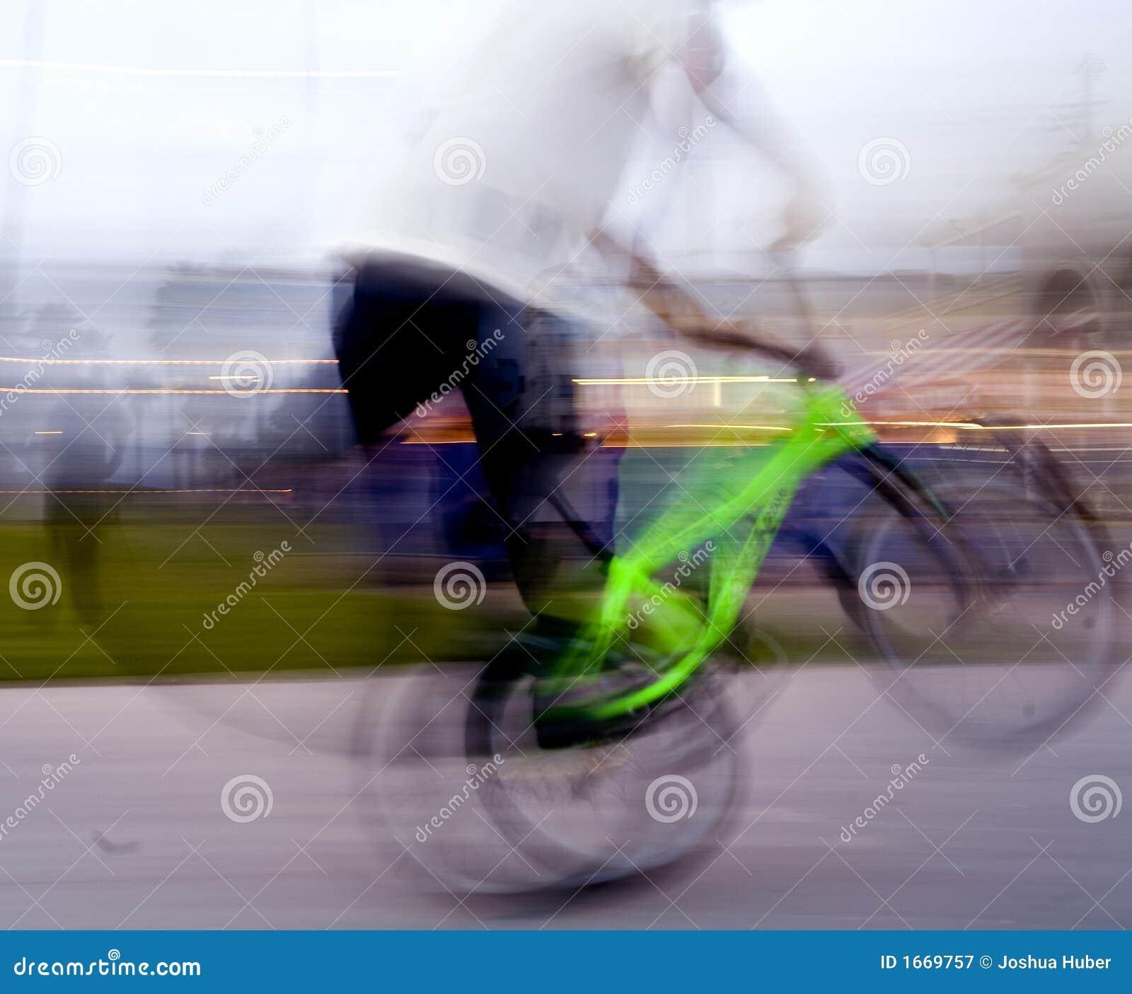Sztuczki na rowerze z kółkami