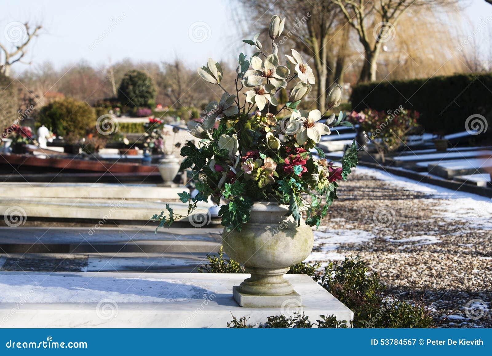 Sztuczni kwiaty na grób
