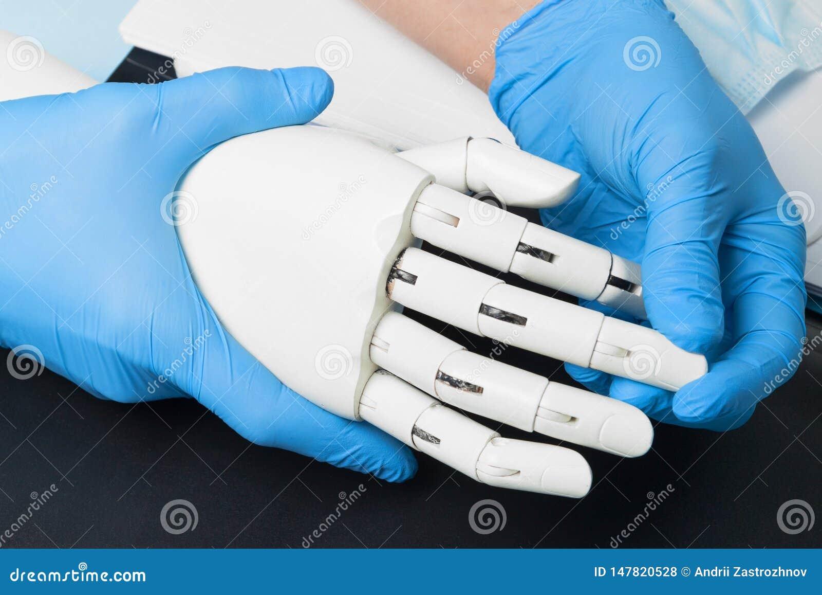 Sztuczny mechaniczny prosthesis Lekarka trzyma cyber r?k?