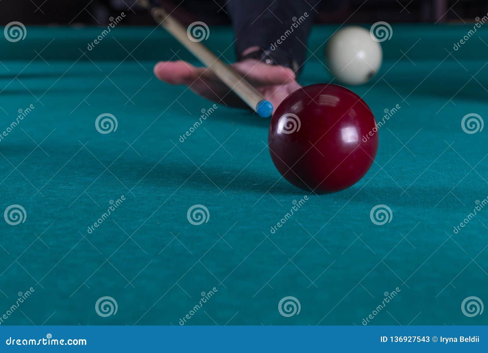 Sztuk Billiards wskazówka i bilardowe piłki młotkuje piłkę w dziurę