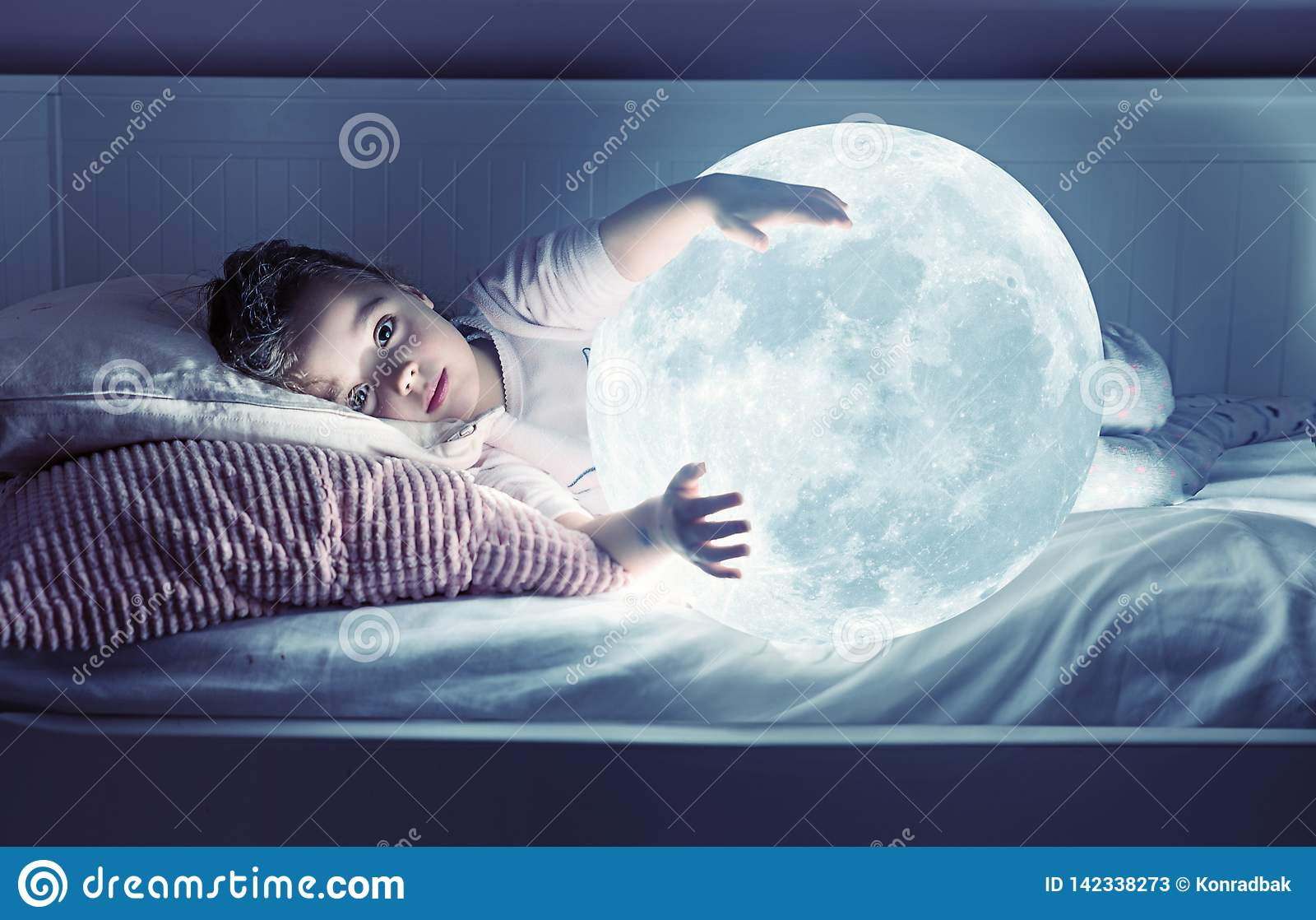 Sztuka portret śliczna mała dziewczynka trzyma księżyc