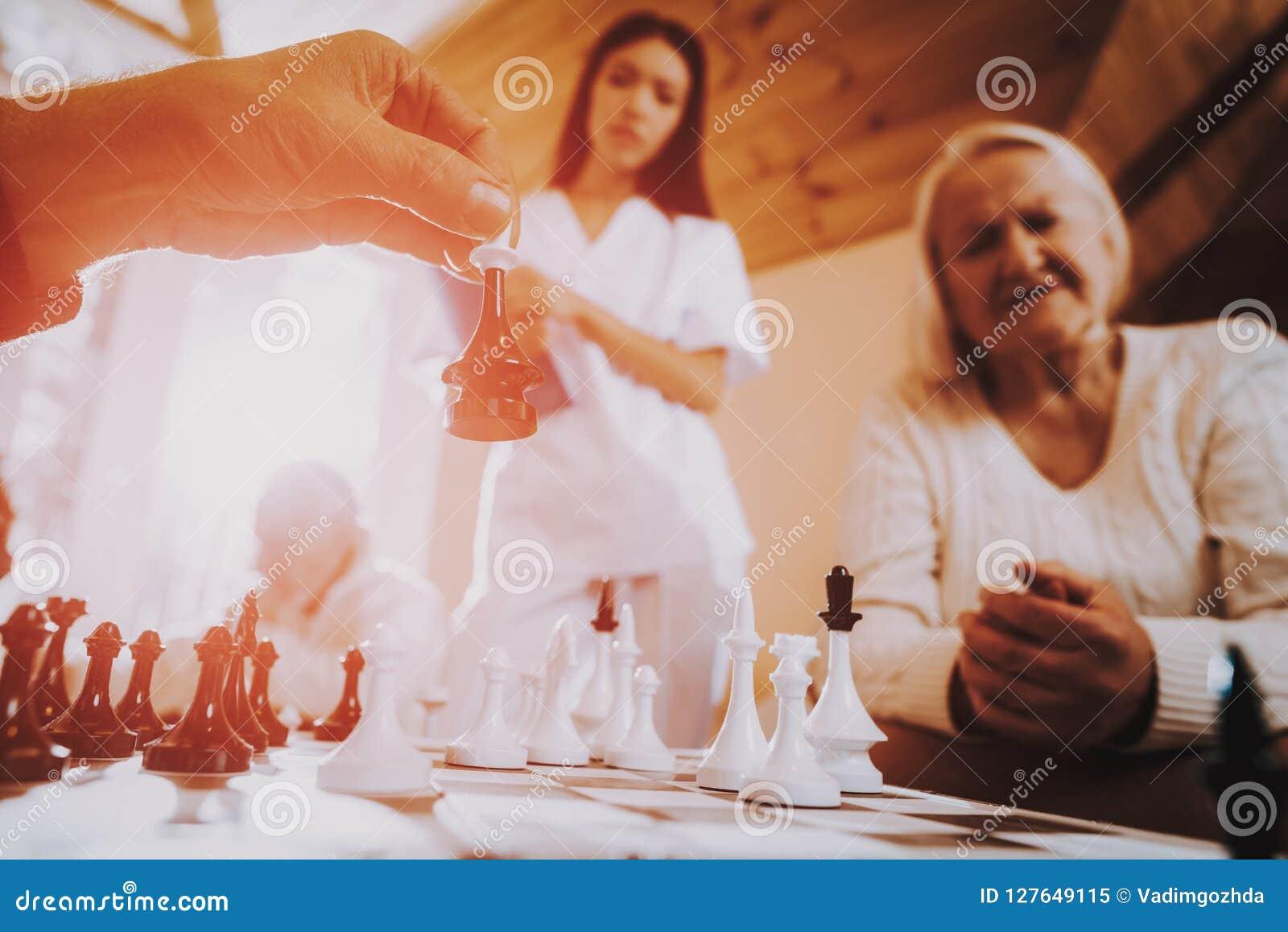 Sztuka szachy pielęgnujący Statywowy niedaleki kobieta, siedząca