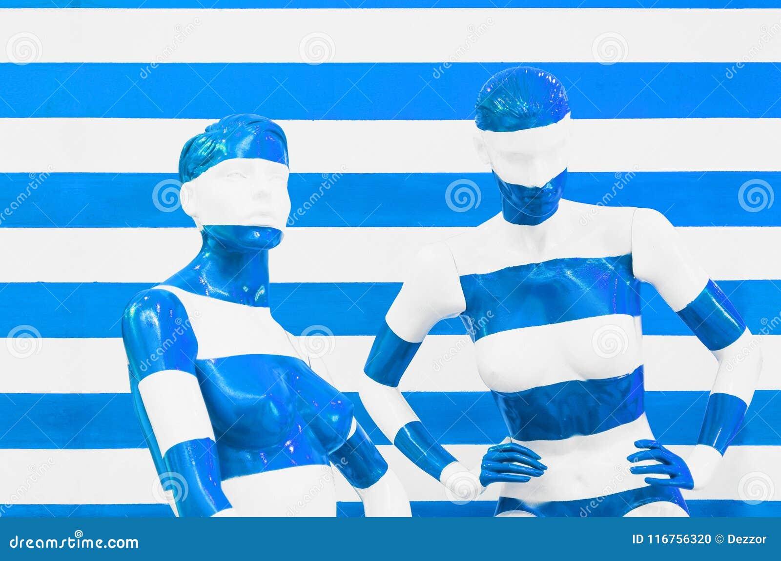 Sztuki mannequin bielu i czerwieni lampasy na pasiastym z błękitnych i bielu lampasami, przebranie