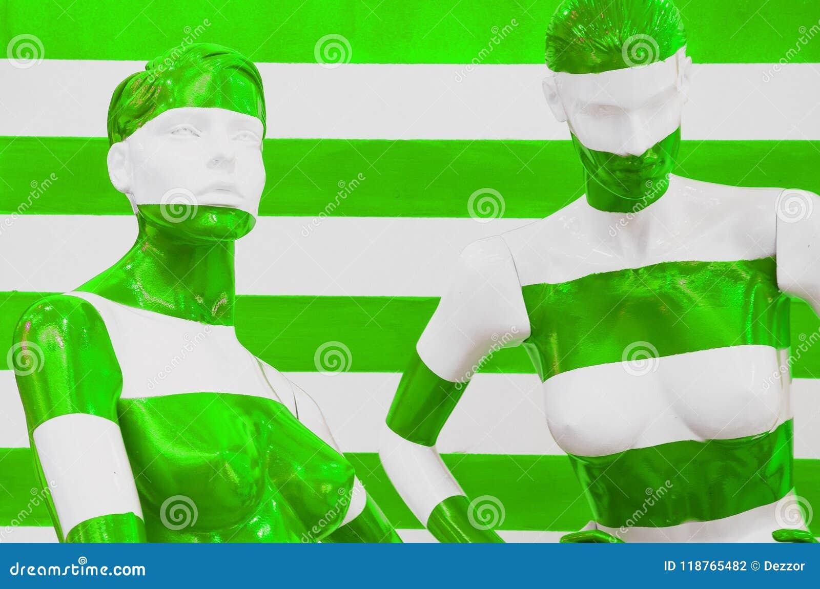 Sztuki mannequin bielu i czerwieni lampasy na pasiastym z zieleni i bielu lampasami, przebranie