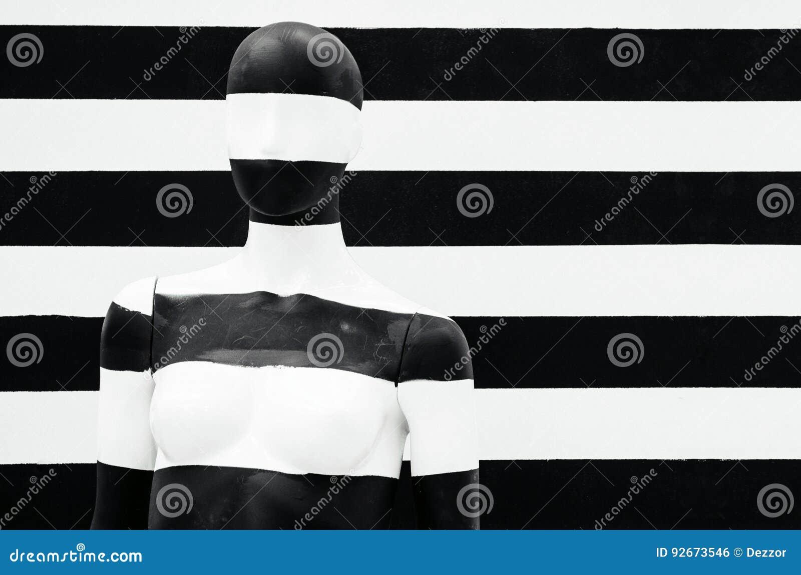 Sztuki mannequin czarny i biały lampasy na pasiastym z czarny i biały lampasami, przebranie