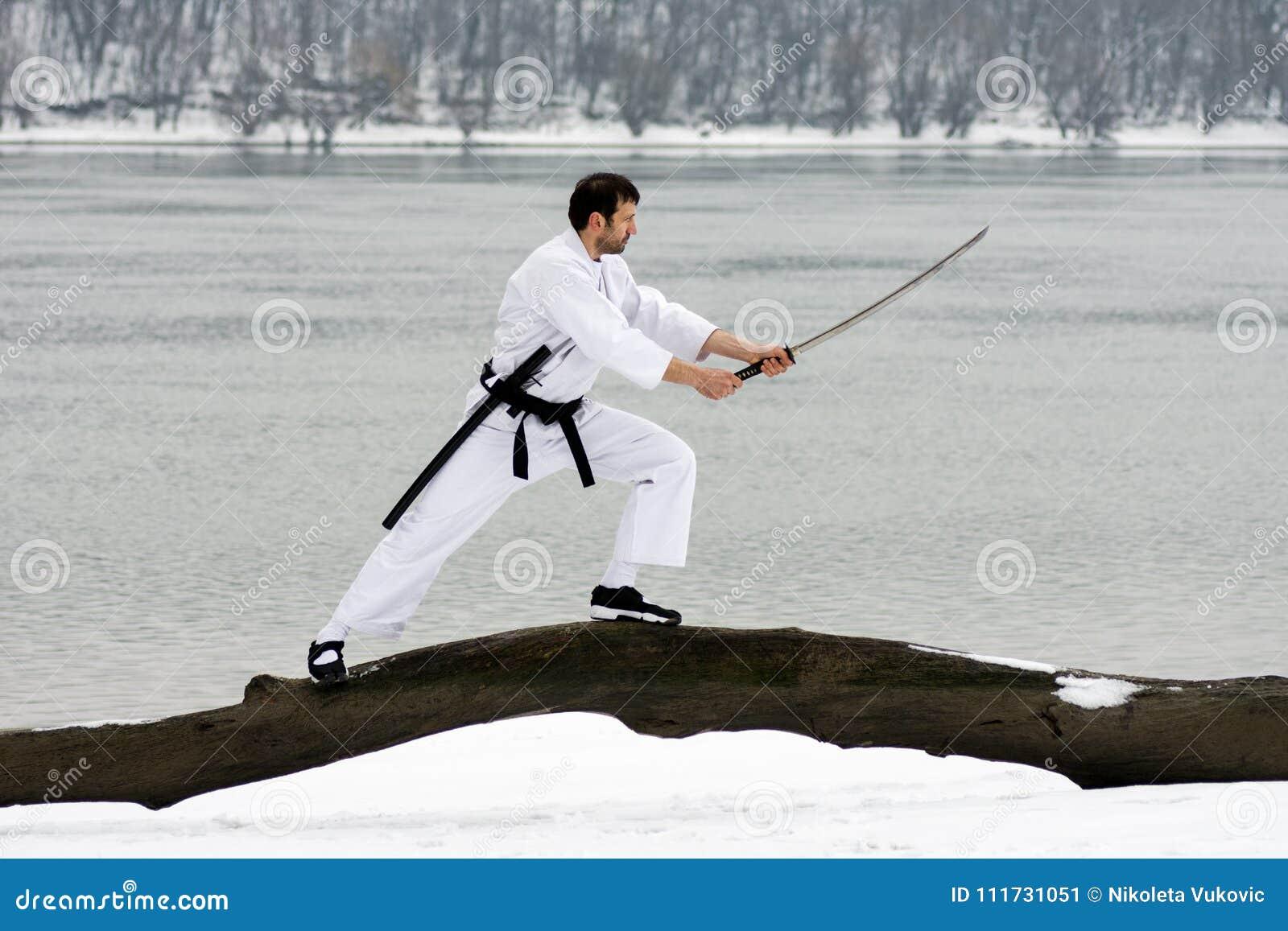 Sztuki samoobrony z kordzikiem przy zimą