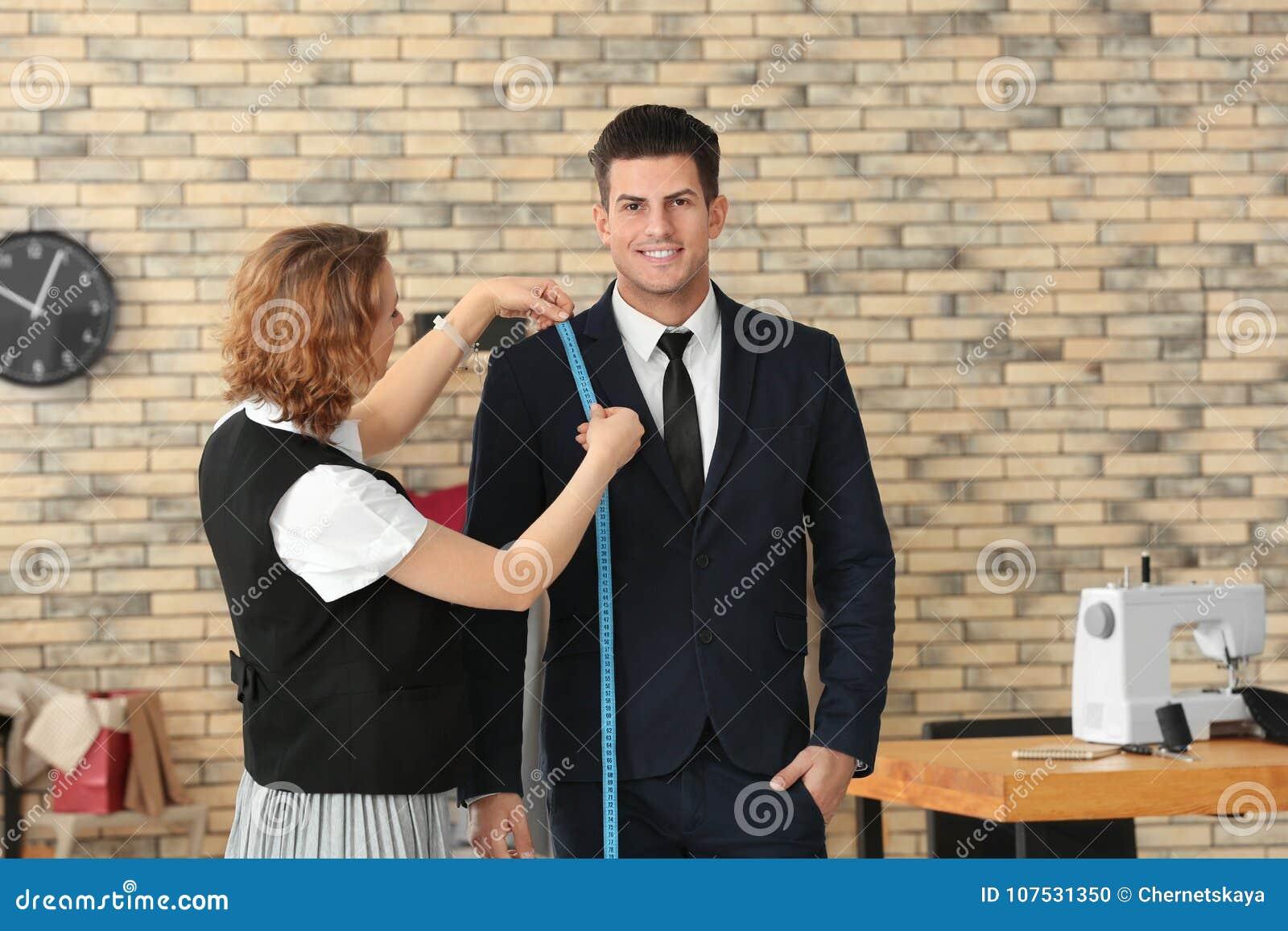 Szwaczka bierze klienta ` s pomiary