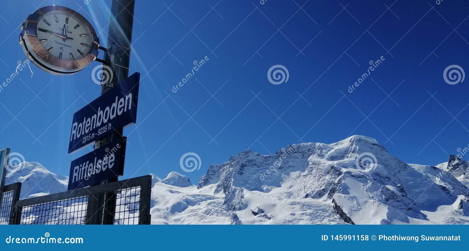 Szwajcarski niebo od Rotenboden stacji