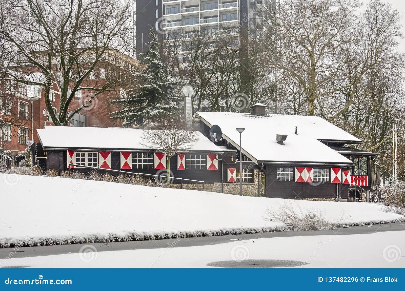 Szwajcarski szalet w parku w zimie