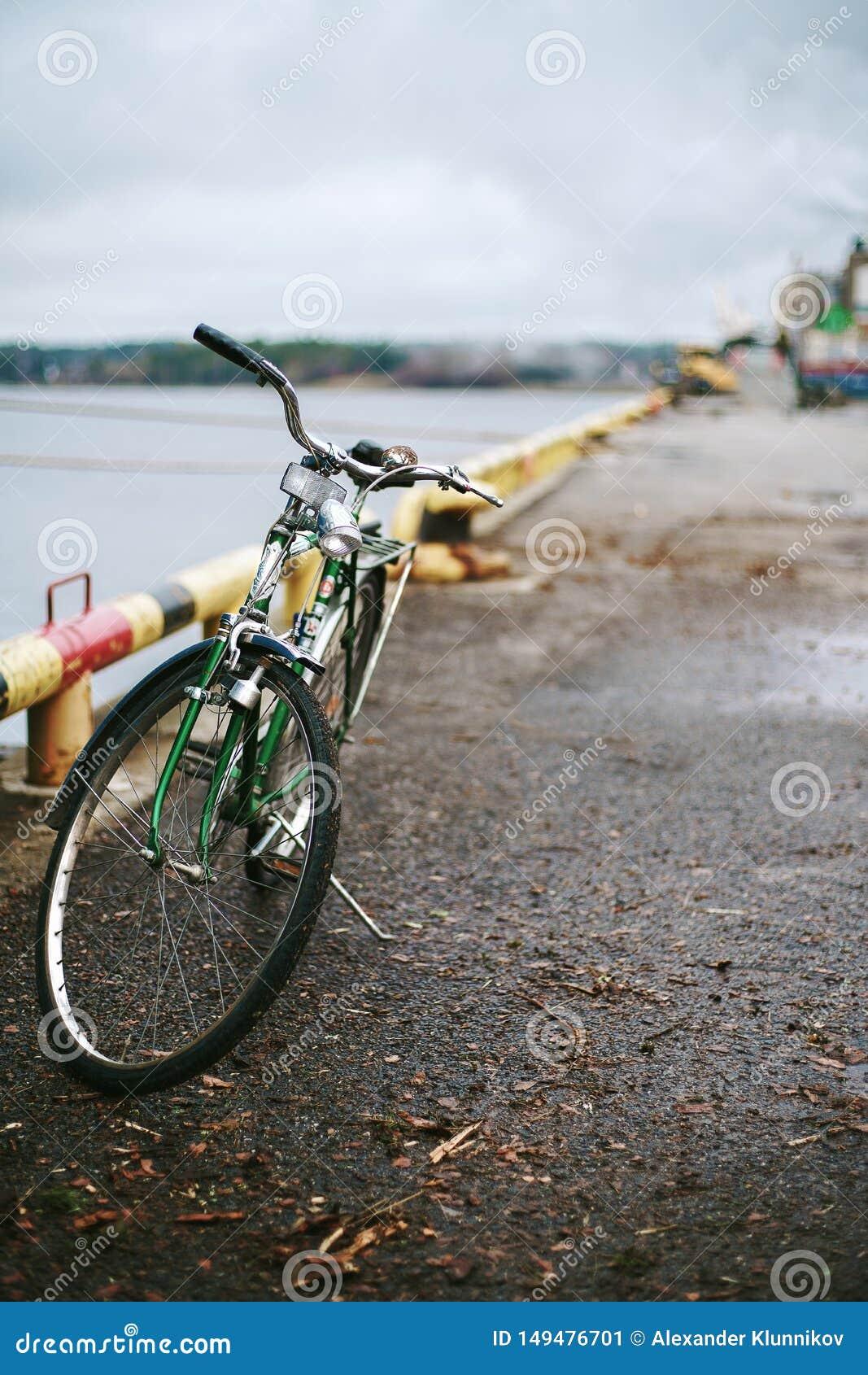 Szwecja zielenieje bicykl na molu ?adunku port w Szwecja Ziele? i rocznik