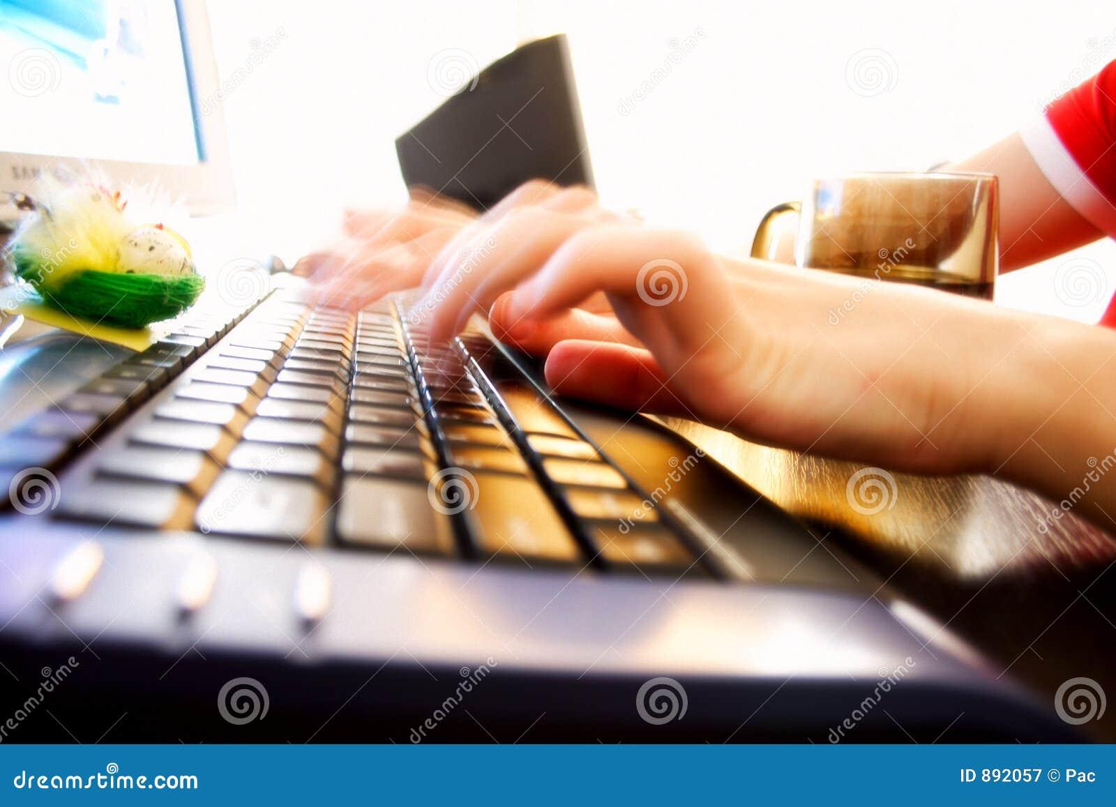 Szybciej klawiaturowi pisać na maszynie młodych kobiet