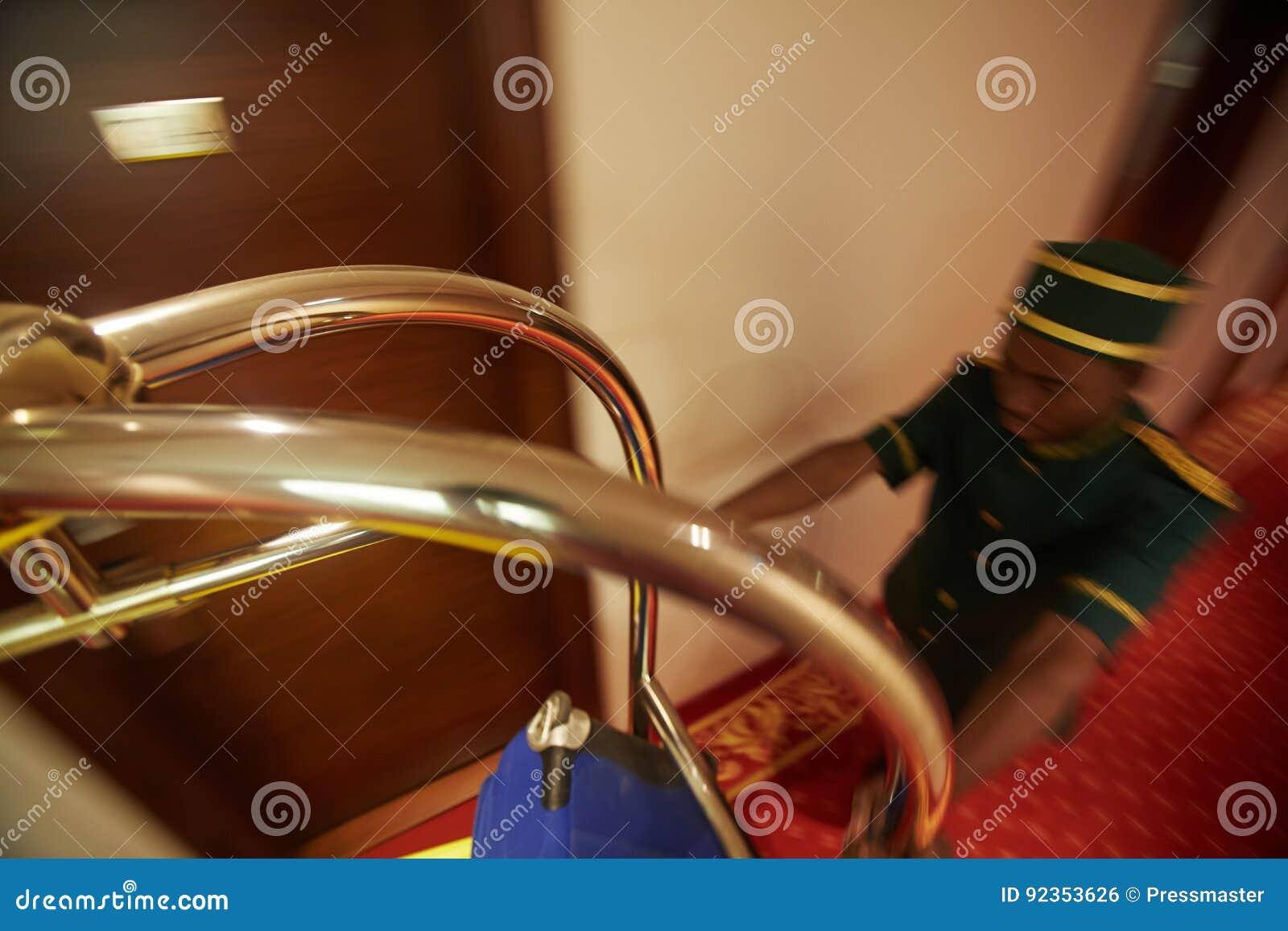 Szybka Bellboy dosunięcia bagażu fura w Hotelowym Hall