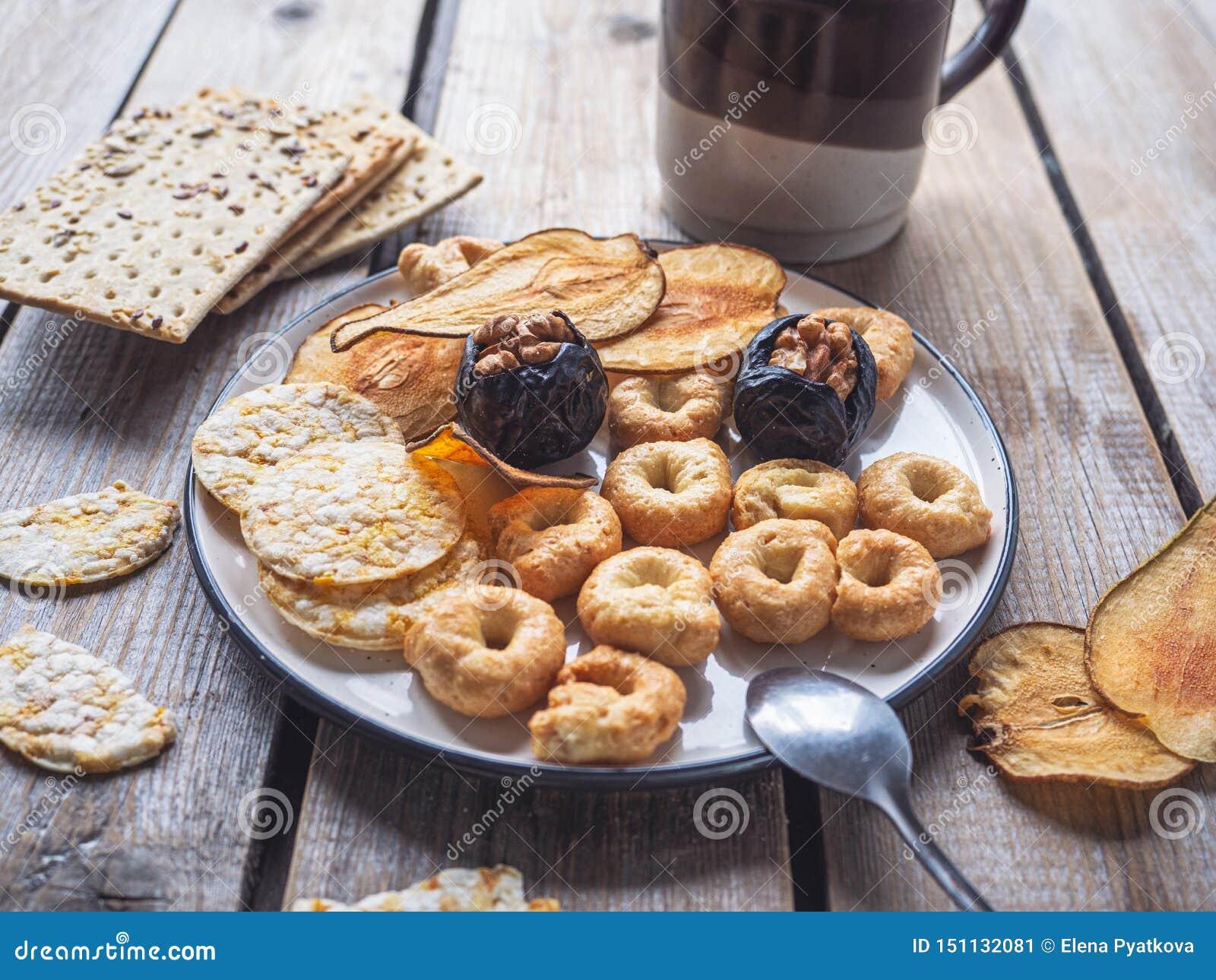 Szybki lunch z zboży ciastkami i suszący - owoc układy scaleni