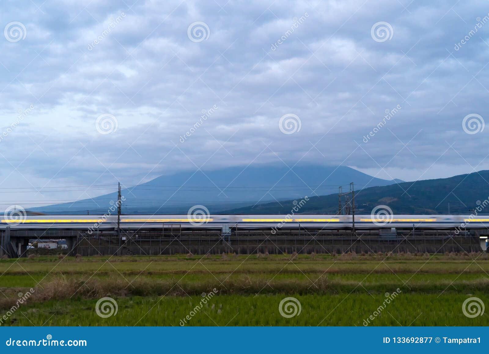 Szybki pociska pociąg jedzie Halnego Fuji i przechodzi blisko Tokio r