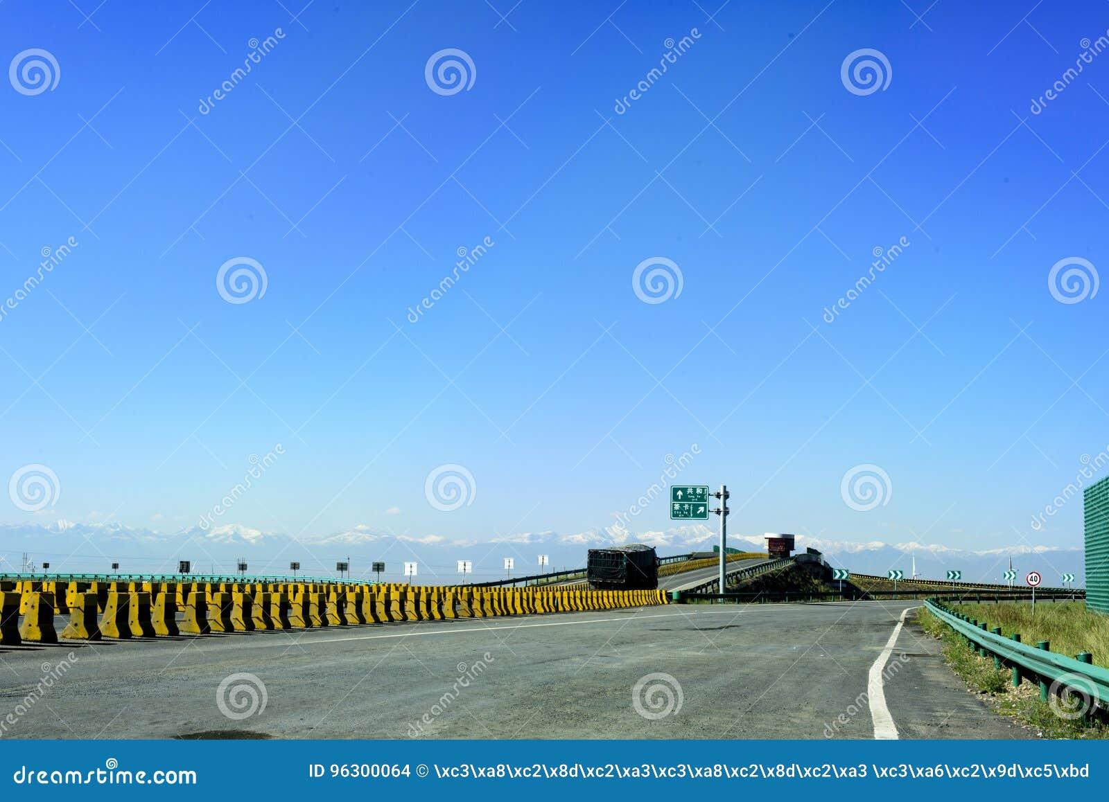 Szybkościowy w Qinghai prowinci Chiny docenia piękną scenerię nakrywać góry