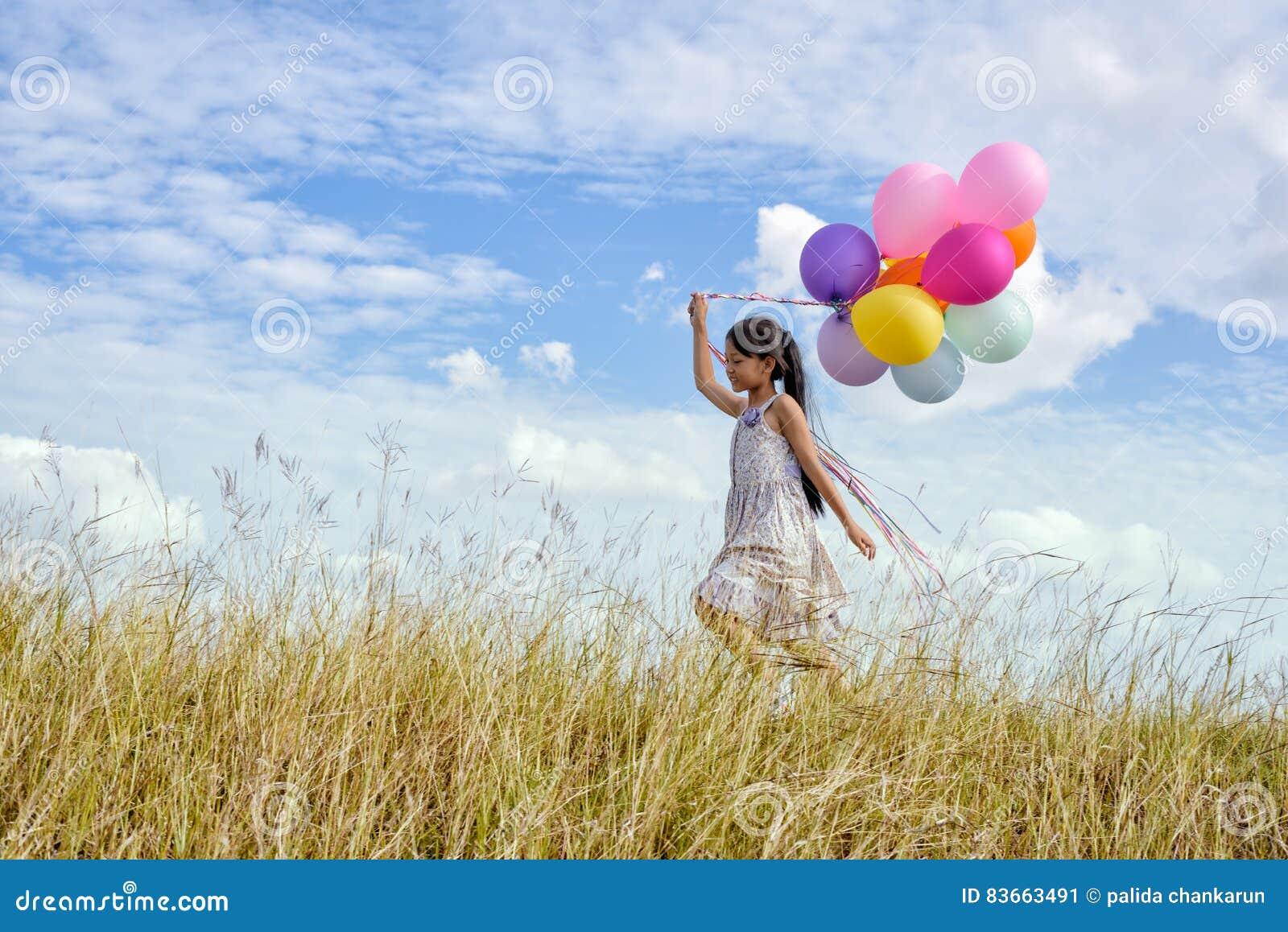 Szybko się zwiększać szczęśliwej kolorowej dziewczyny