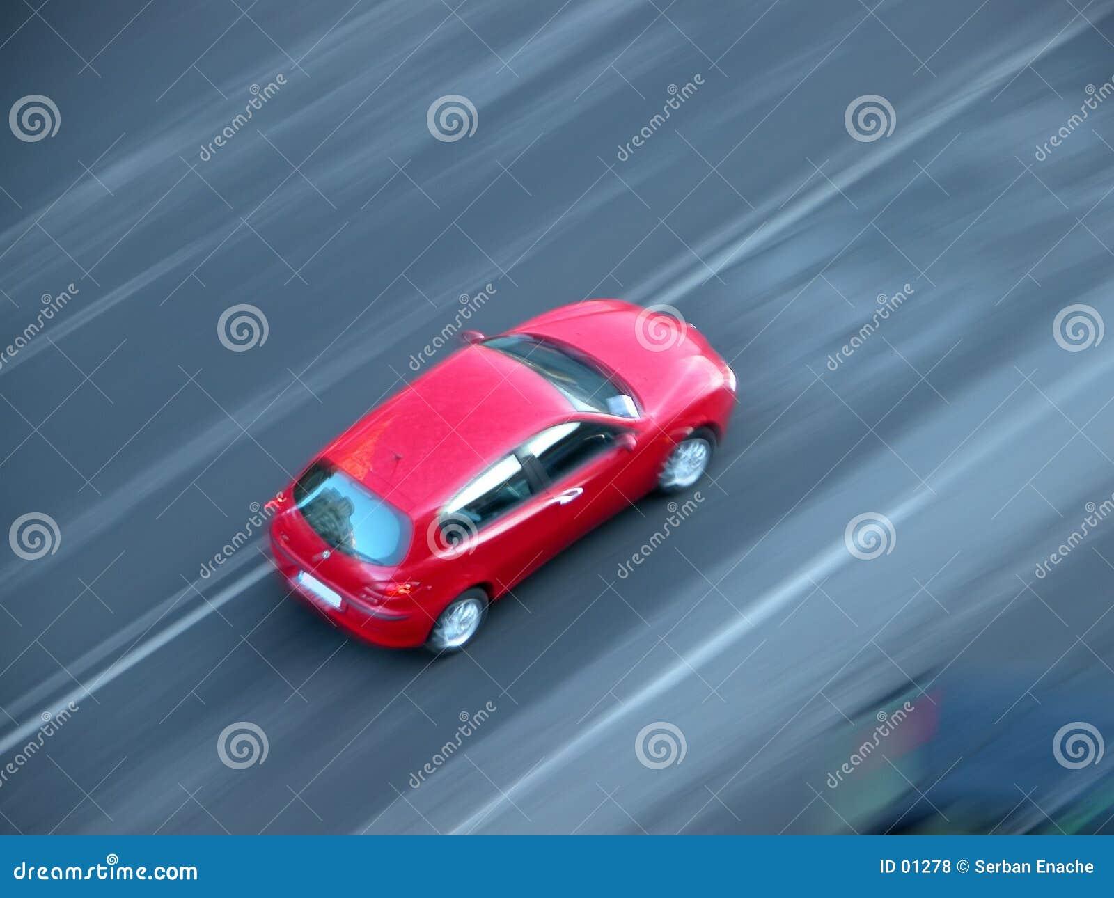 Szybko szybko jadący samochód