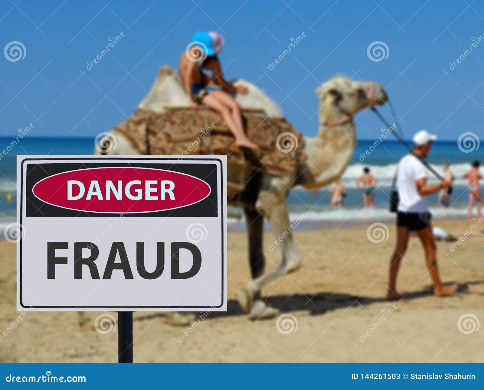 Szyldowi niebezpieczni sowizdrzały na plaży i wielbłąda jeździeckich dzieciach