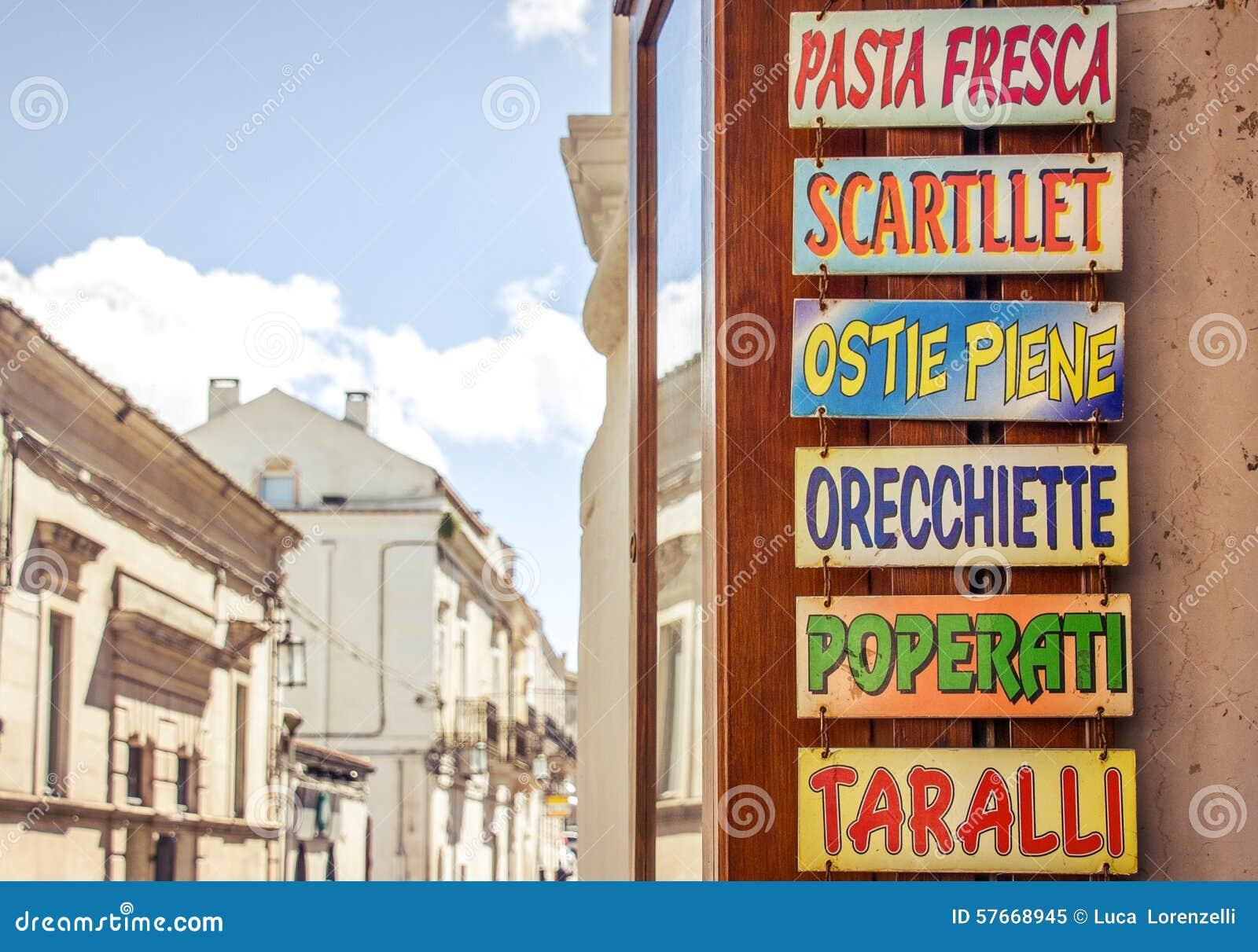 Szyldowy wskazujący typowy Puglia jedzenie (Włochy)
