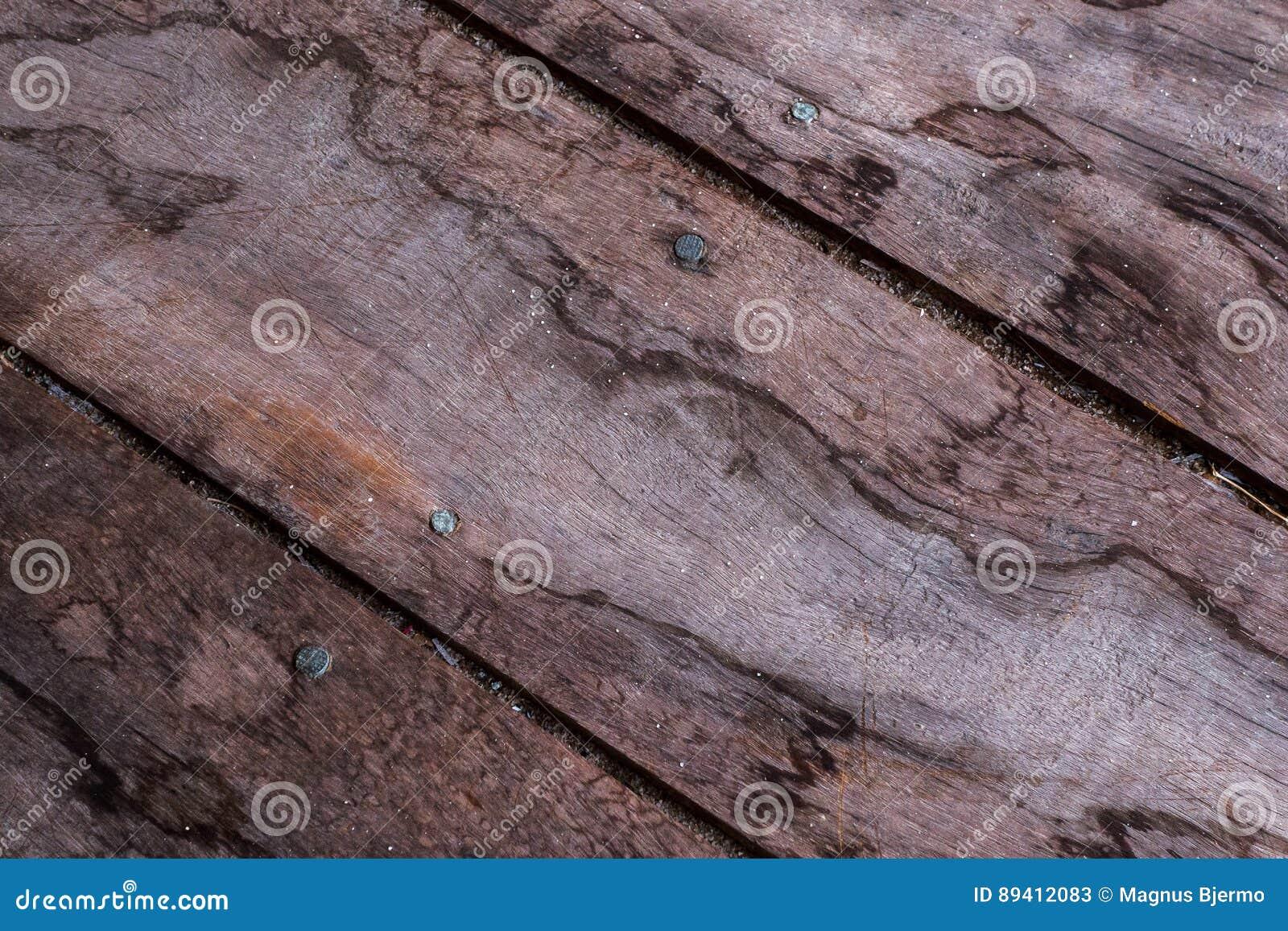 Tábuas corridas de madeira diagonais com grões de areia