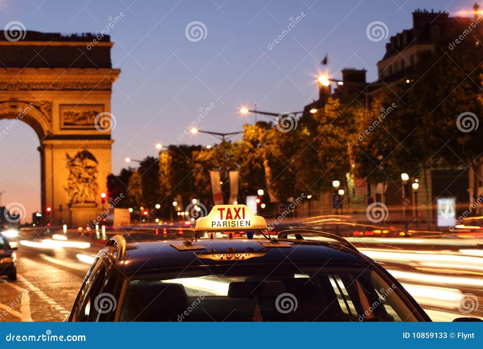 Táxi de Paris pelo arco de Triunfo