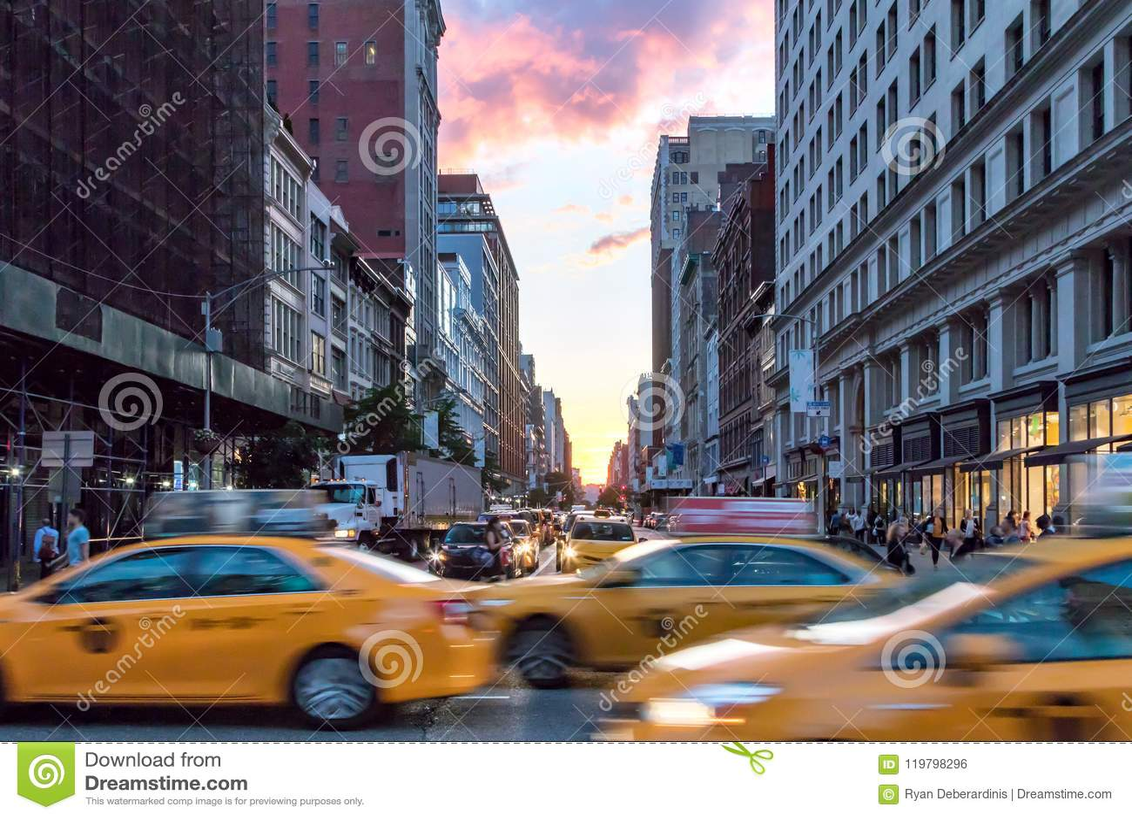 Táxis de táxi amarelos que apressam-se abaixo de Broadway durante horas de ponta em New York City