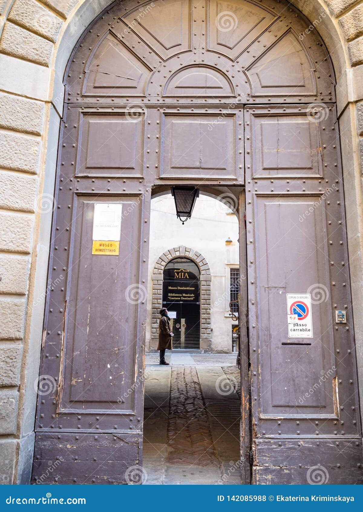Türen von Donizetti-Museum in Bergamo-Stadt