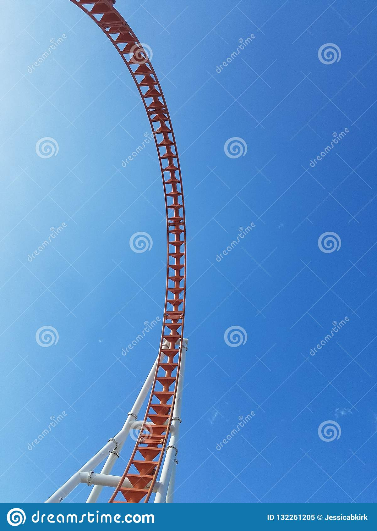Tão muito alto acima contra o laço de Coney Island do céu
