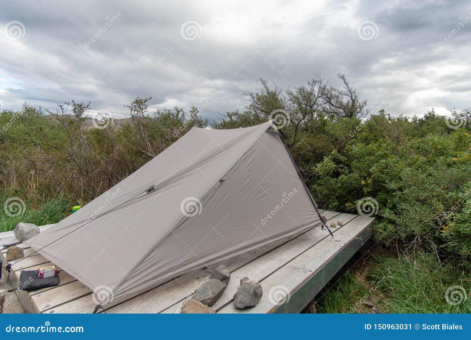 Tältet kastade på plattformen