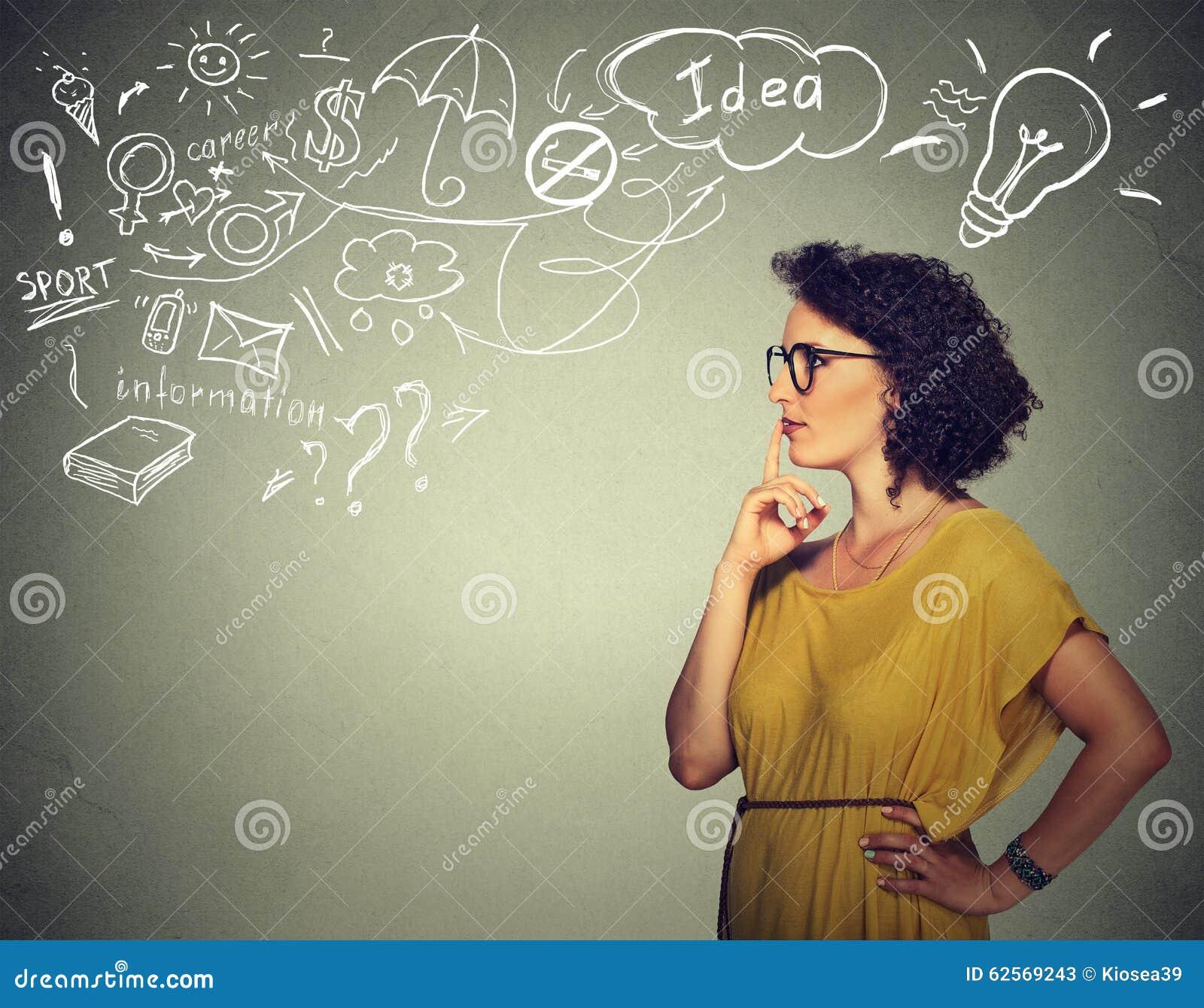 Tänkande har drömma för kvinna många idéer som ser sidovägen