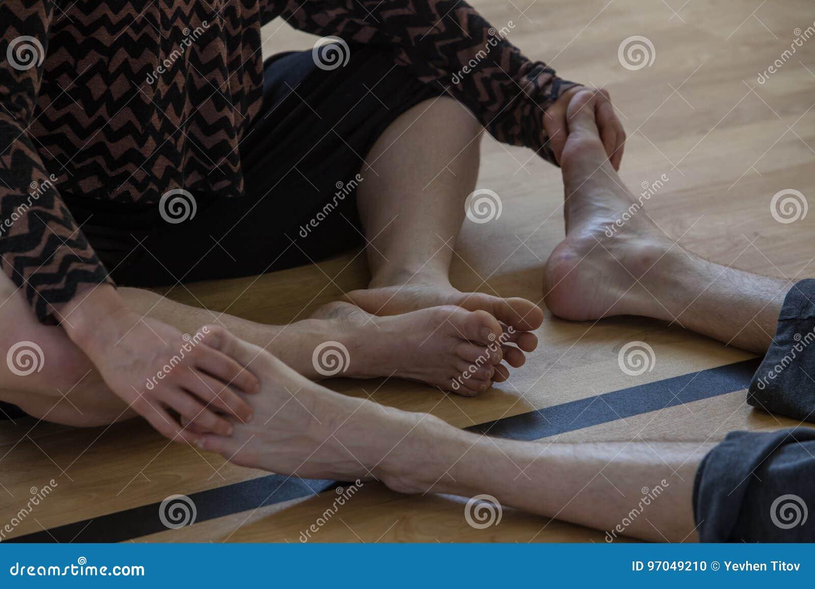 Tänzer bezahlt, mit Beine, die Tänzer in Verbindung treten, auf Boden