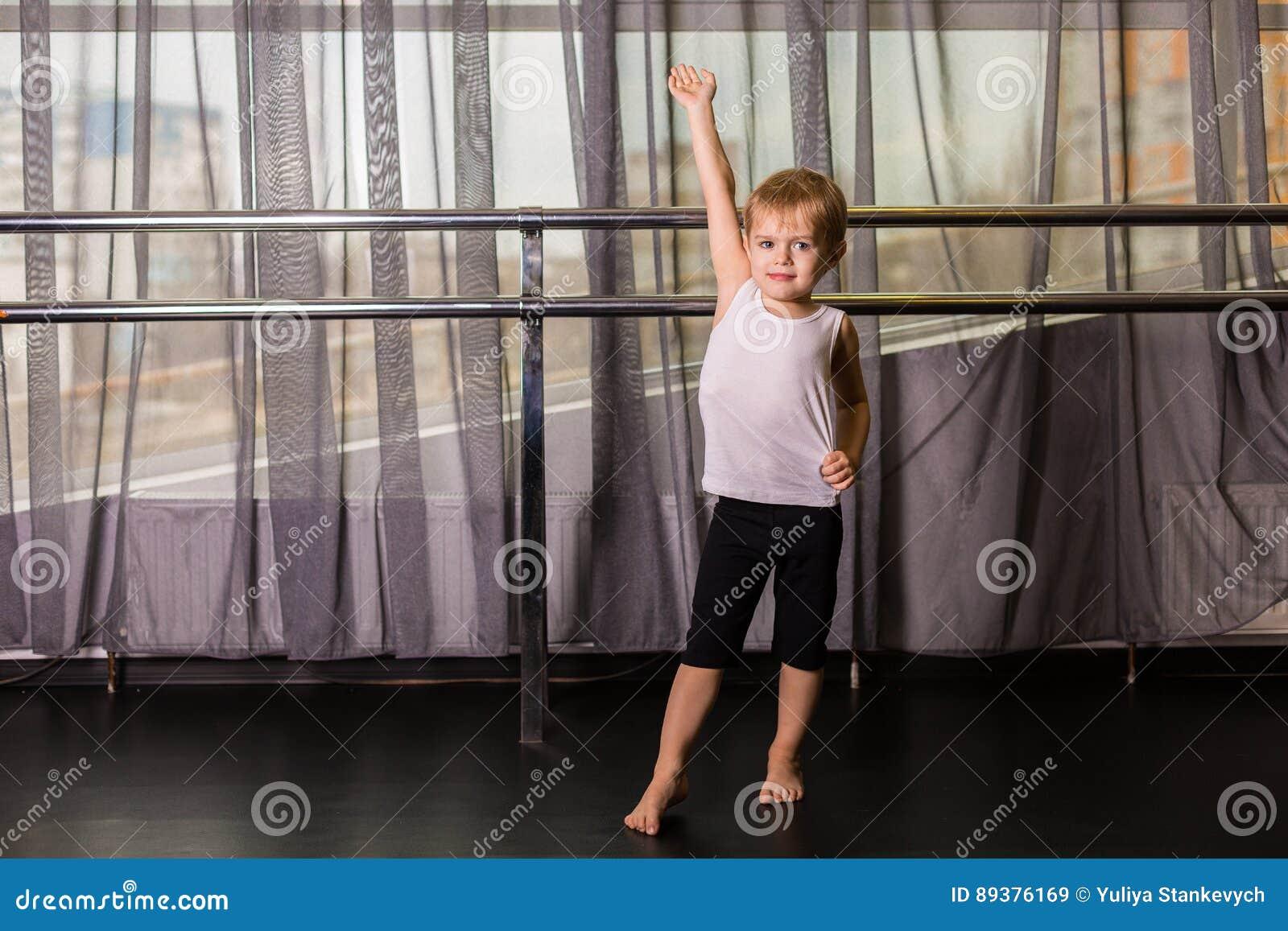 Tänzer des kleinen Jungen