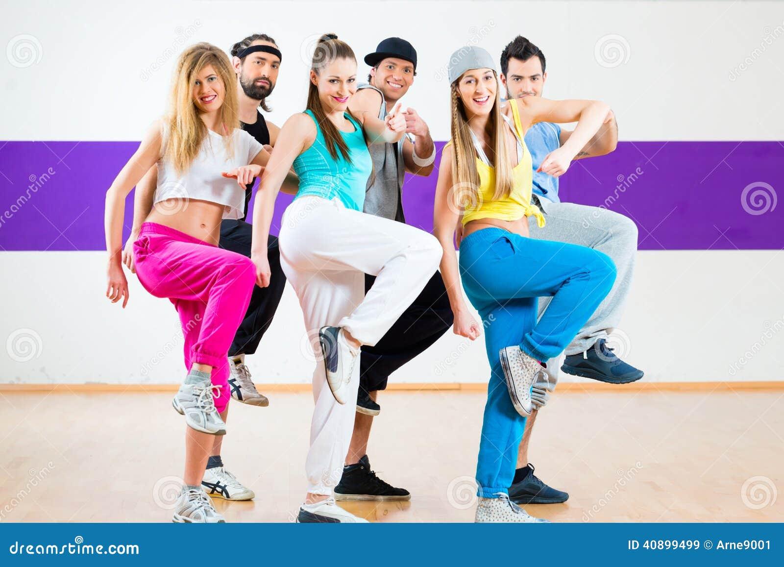 Tänzer am Zumba-Eignungstraining im Tanzstudio