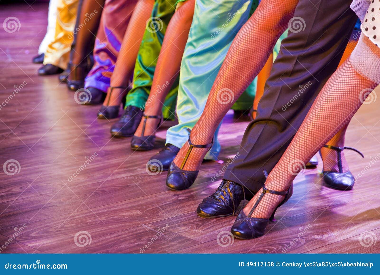 Download Tänzerbeine auf Stadium stockfoto. Bild von menschlich - 49412158