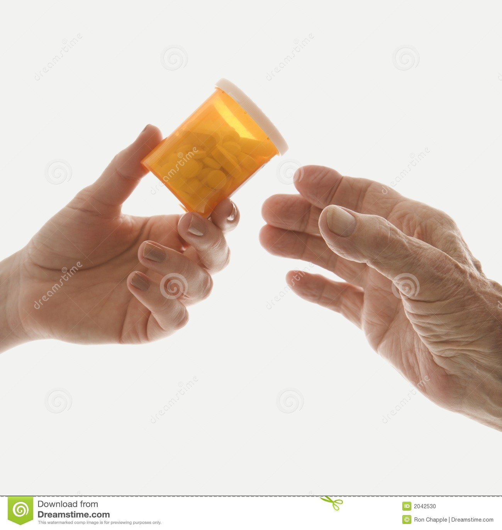 Tät gammalare kvinnlighand för flaska som räcker M-läkarbehandling s till upp