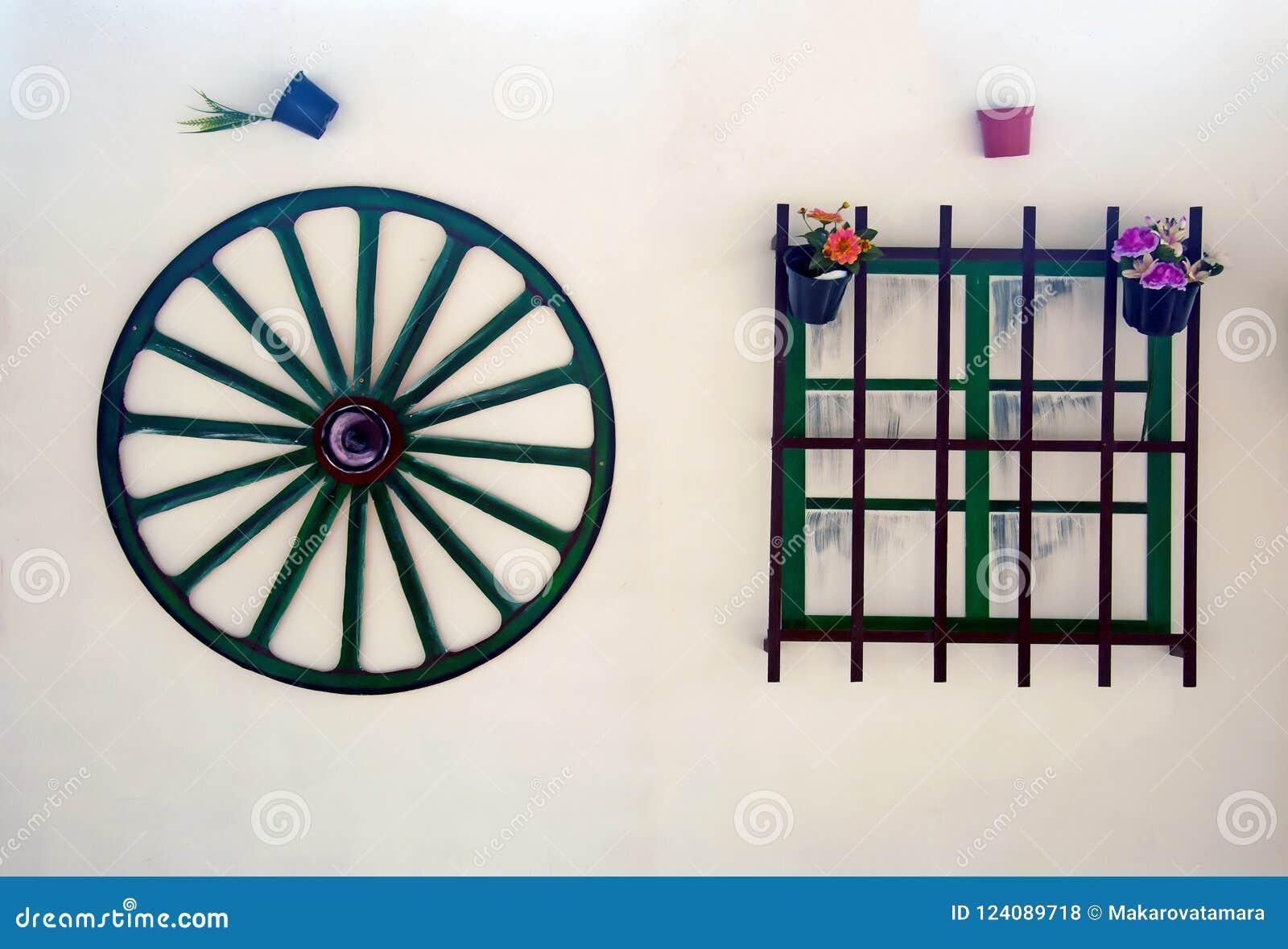 Täuschungswagenrad und -fenster auf der weißen Wand