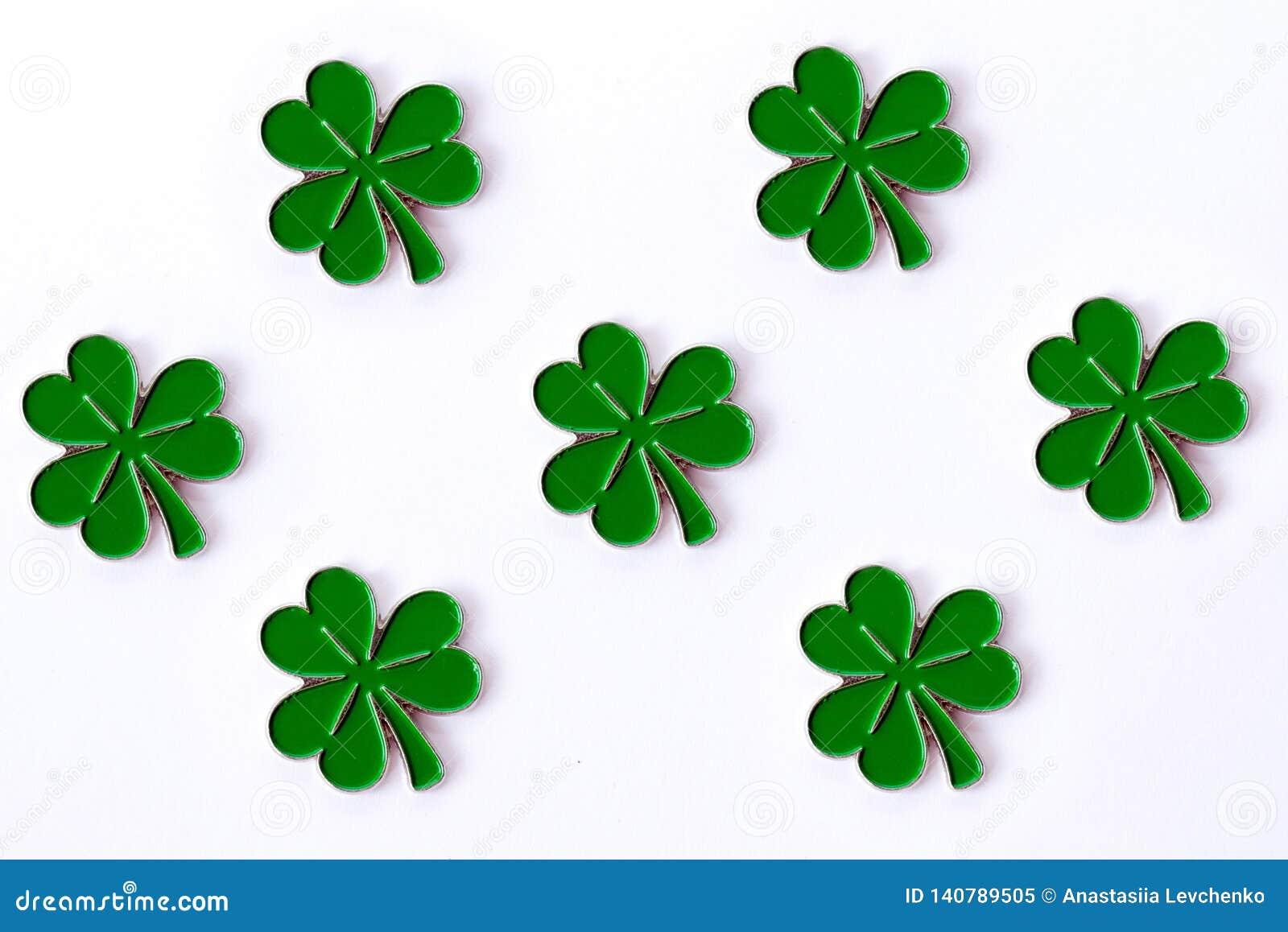 Tło dla St Patrick ` s dnia dla projekta z koniczyną tła koniczyny odosobniony biel Irlandzcy symbole wakacje Ther