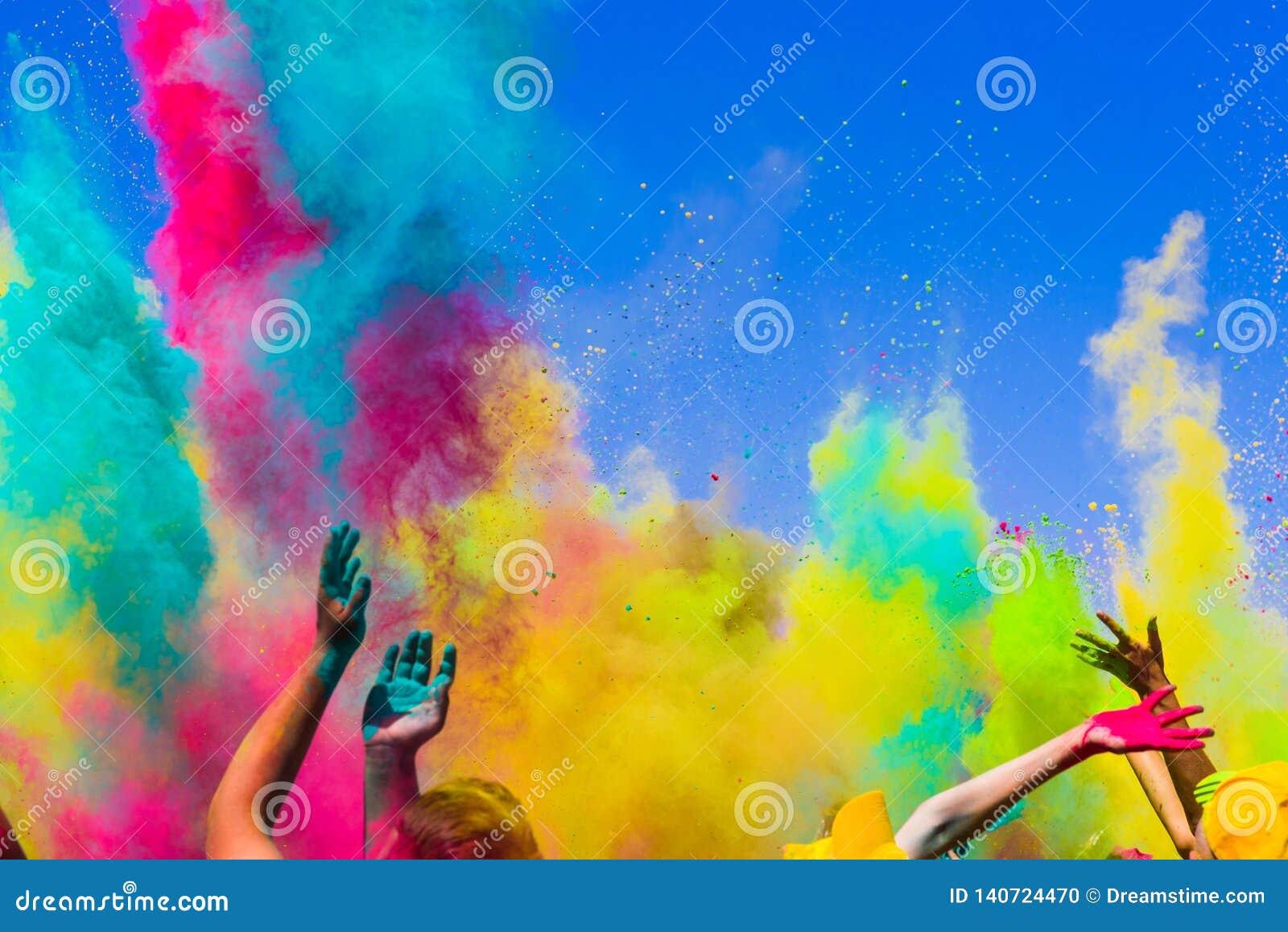 Tłumu rzut barwiący proszek przy holi festiwalem