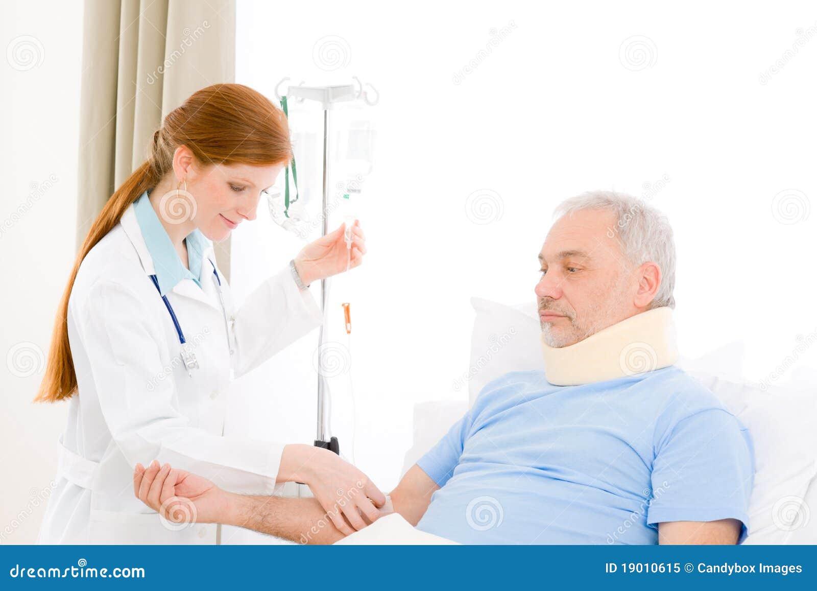 Tålmodig för iv för sjukhus för doktorsdroppandekvinnlig