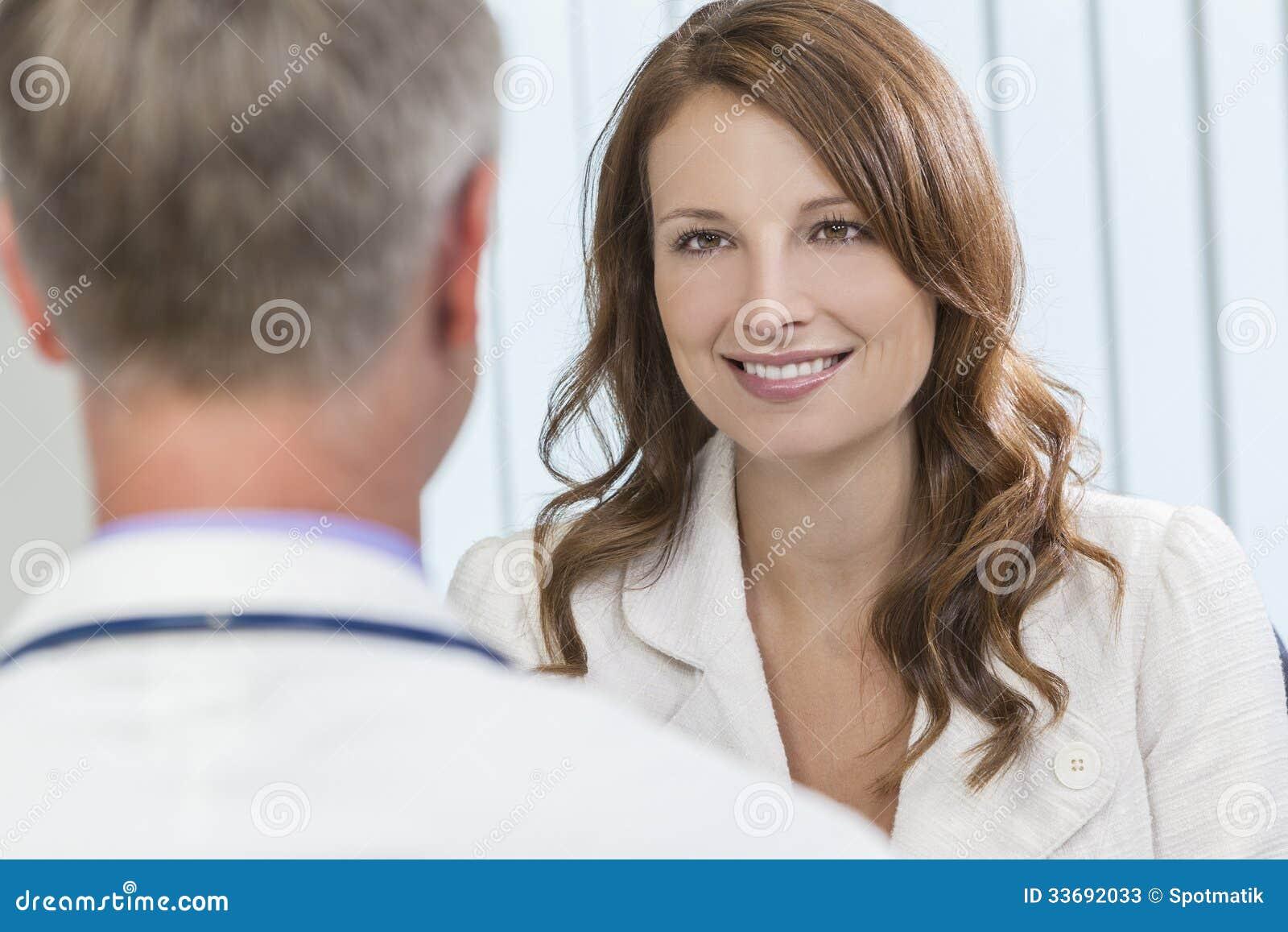 Tålmodigt möte för lycklig kvinna med den manliga doktorn i regeringsställning