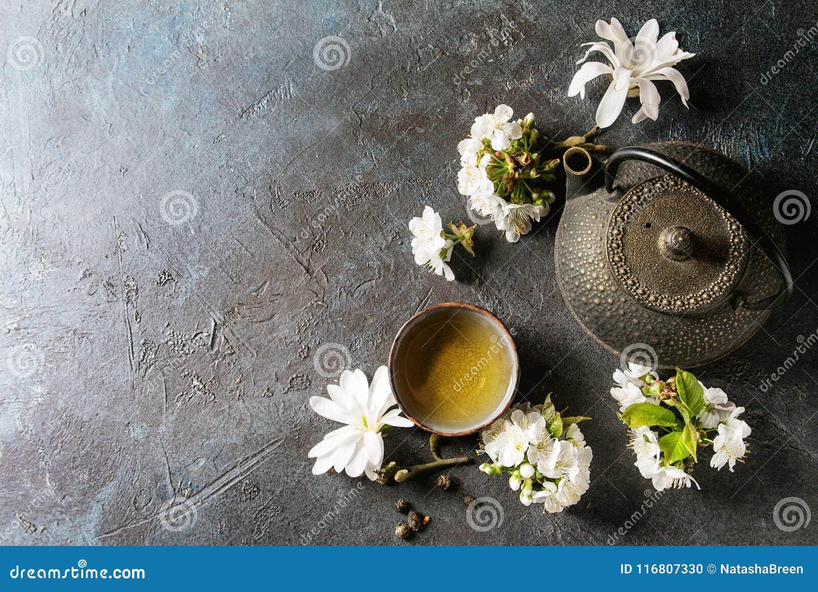 Tè con i fiori della molla
