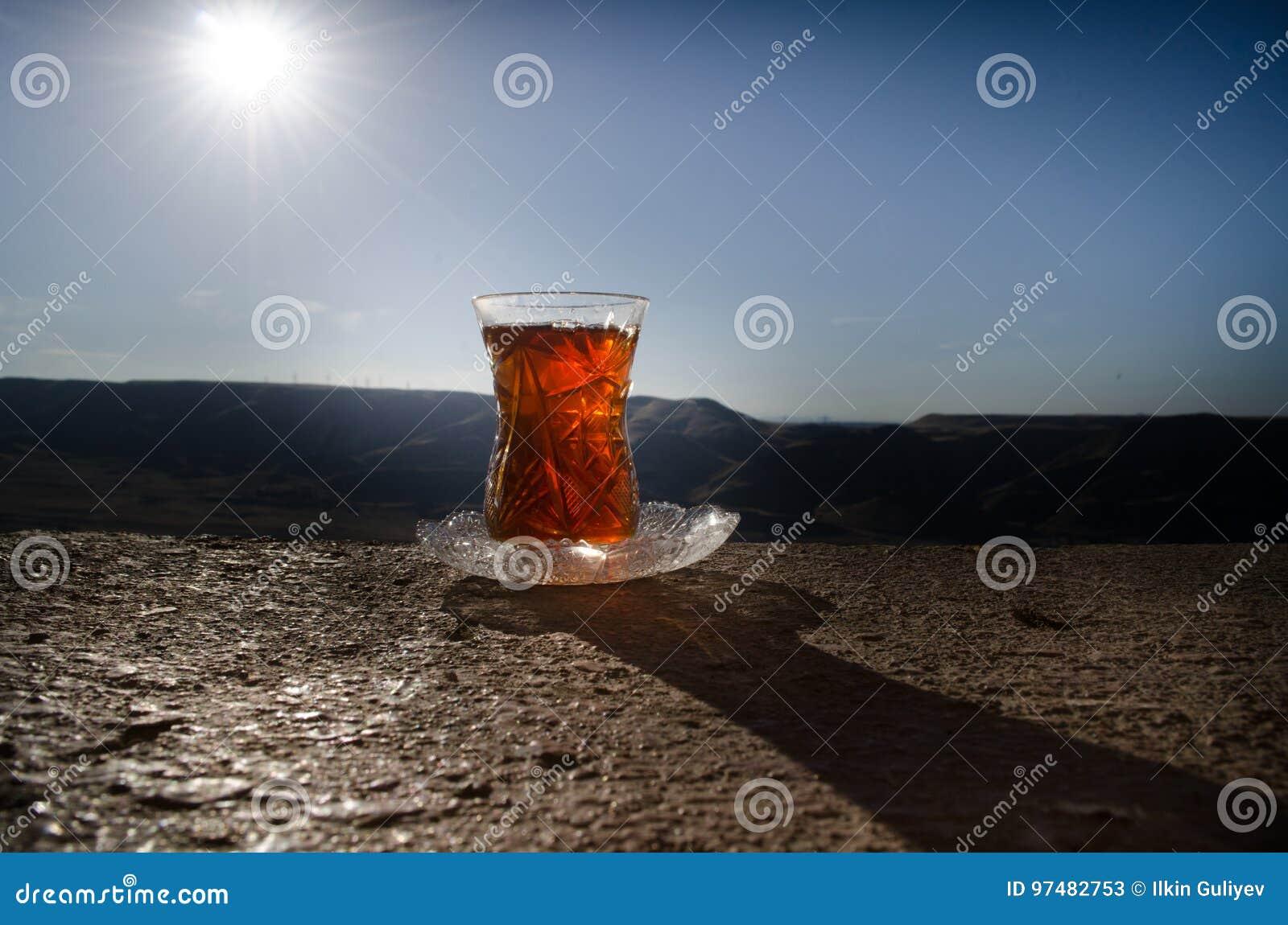 Tè dell Azerbaigian del turco nel fondo all aperto tradizionale della natura del vaso e del glasse con luce solare e fumo Concett