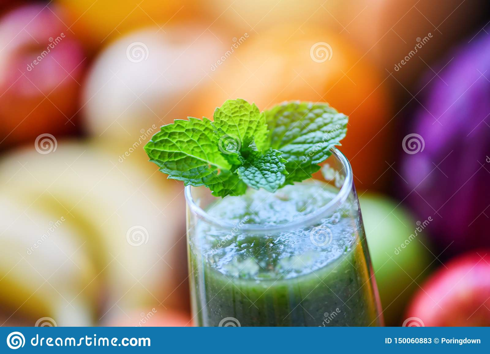 Tè della menta piperita - foglia verde della menta sul fondo fresco del frullato del succo di verdura e della frutta di estate