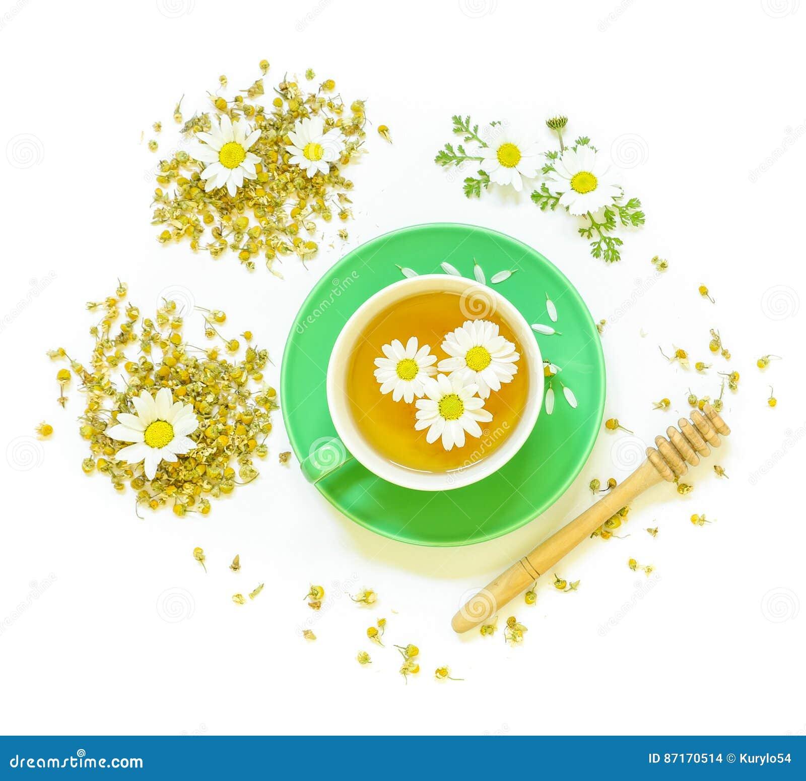 Tè di camomilla in tazza isolata su fondo bianco