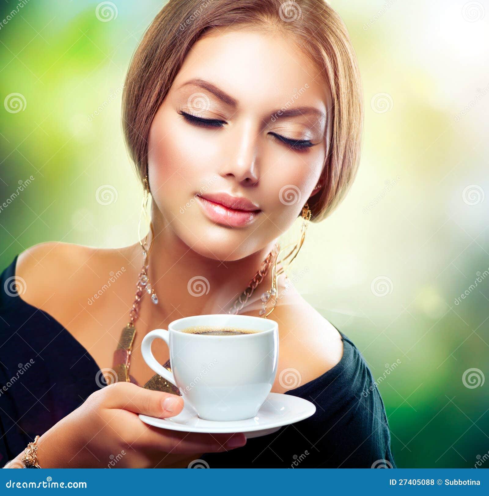Tè o caffè bevente della ragazza