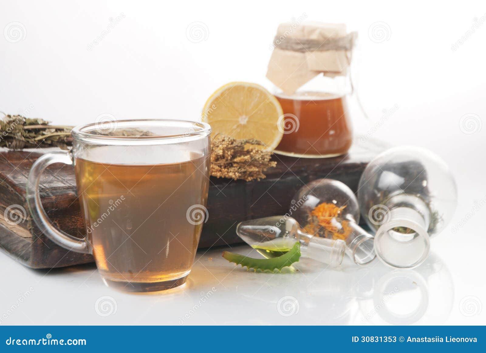 Tè verde con il piccoli vaso e tazze