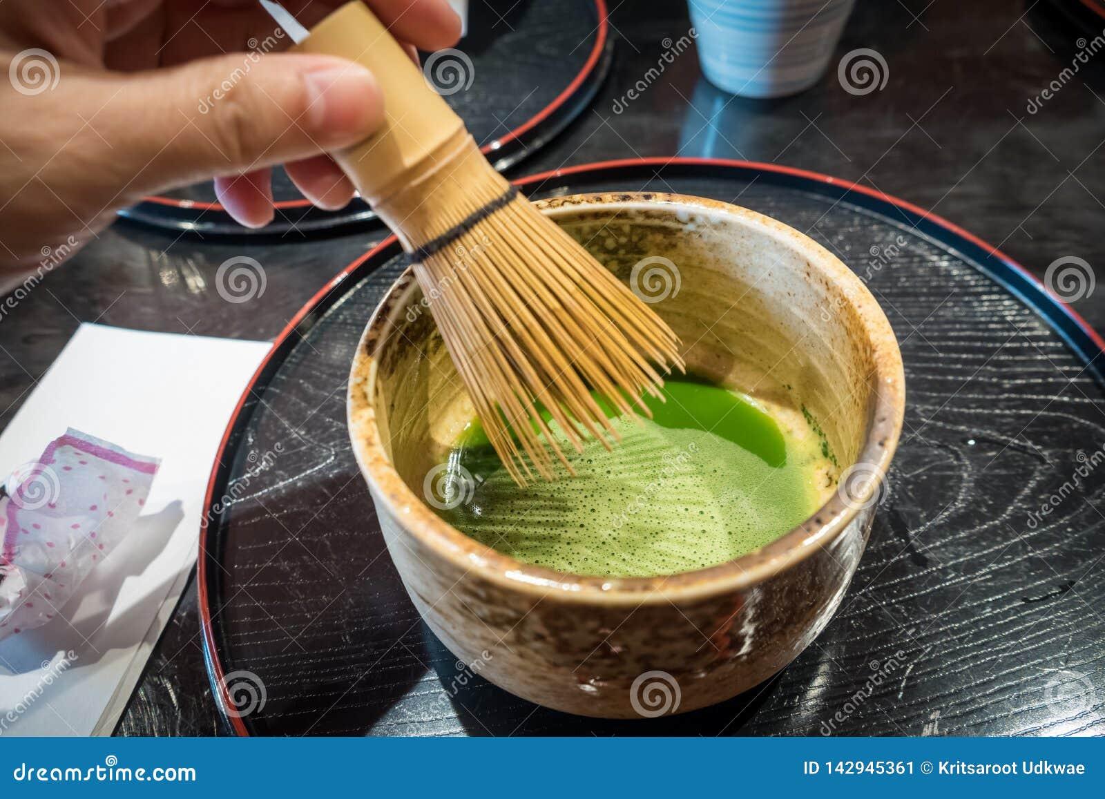 Tè verde mescolantesi di matcha in tazza ceramica Tè verde giapponese