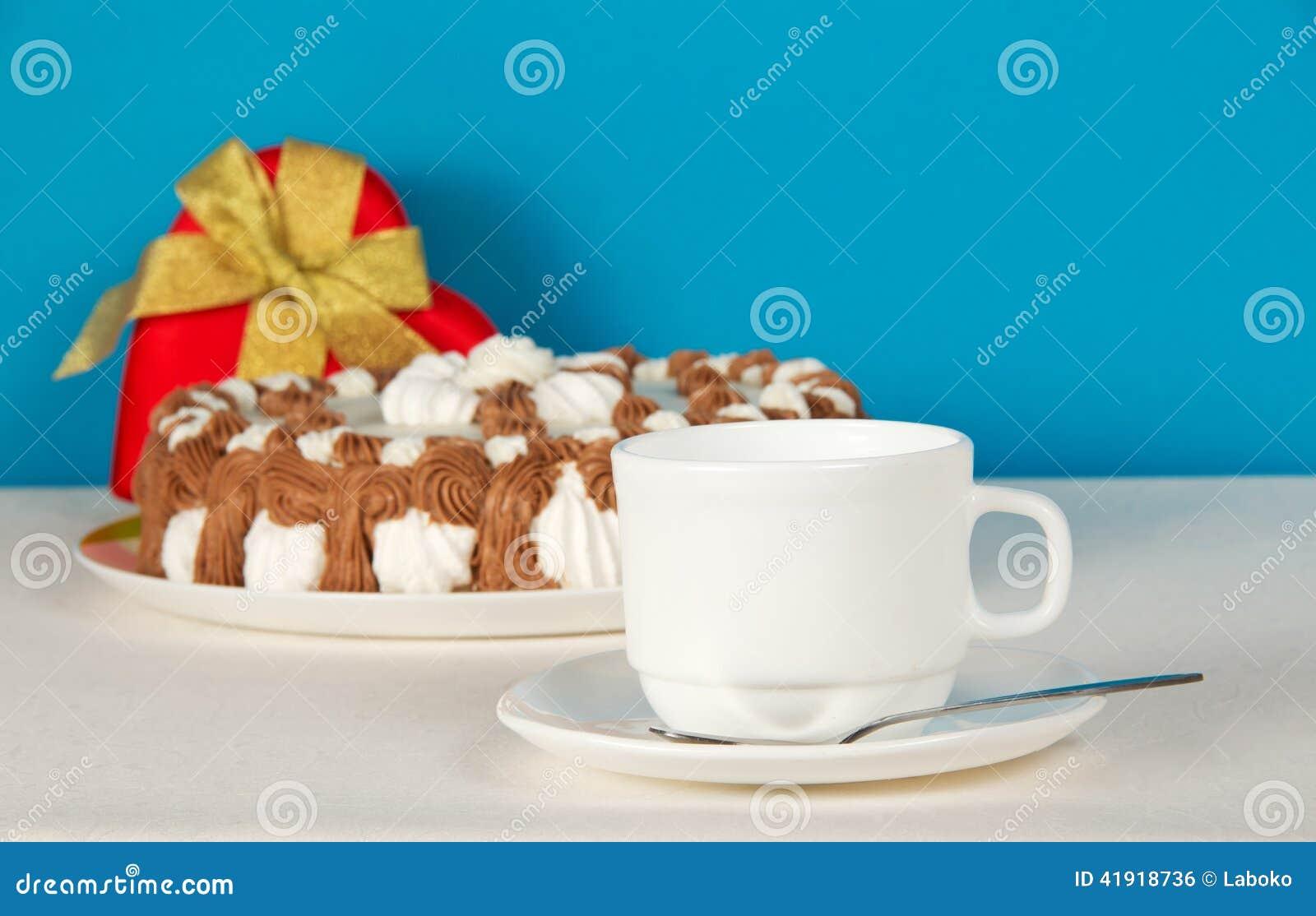 Té-cosas, regalo y empanada en el paño blanco