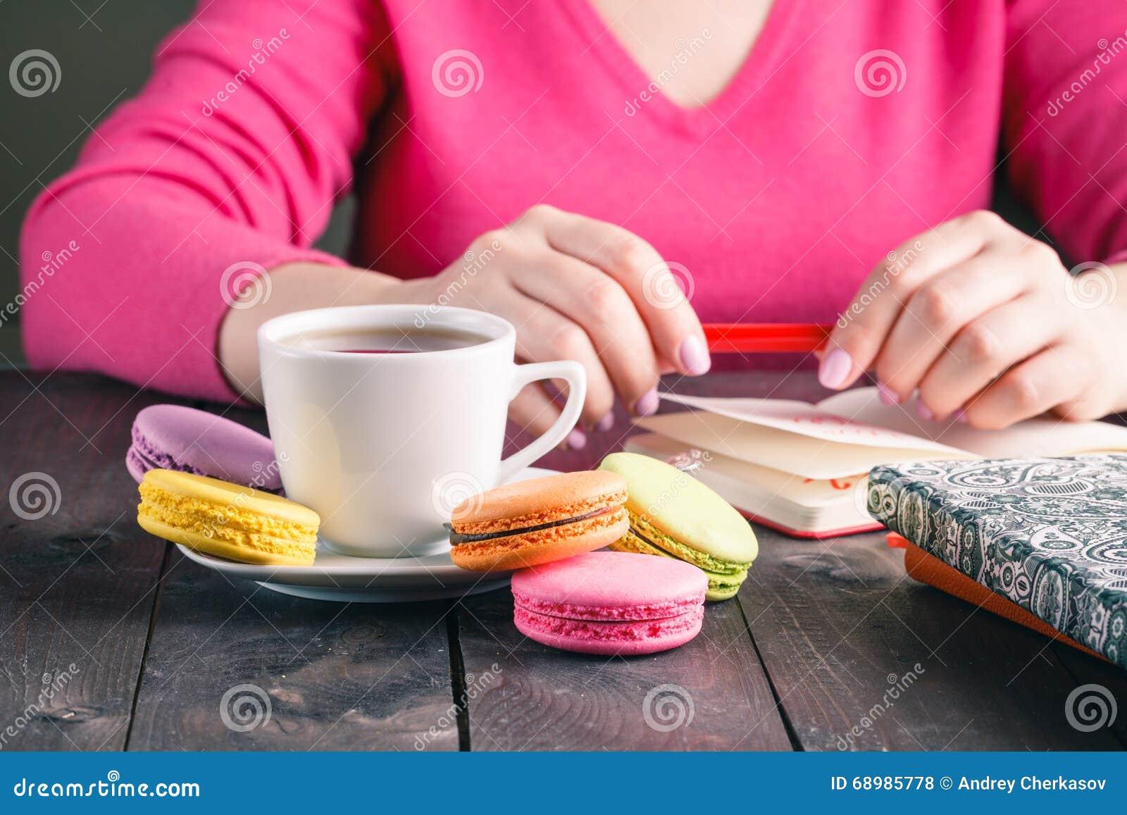 Té de consumición de la mañana de la mujer del empleado del café
