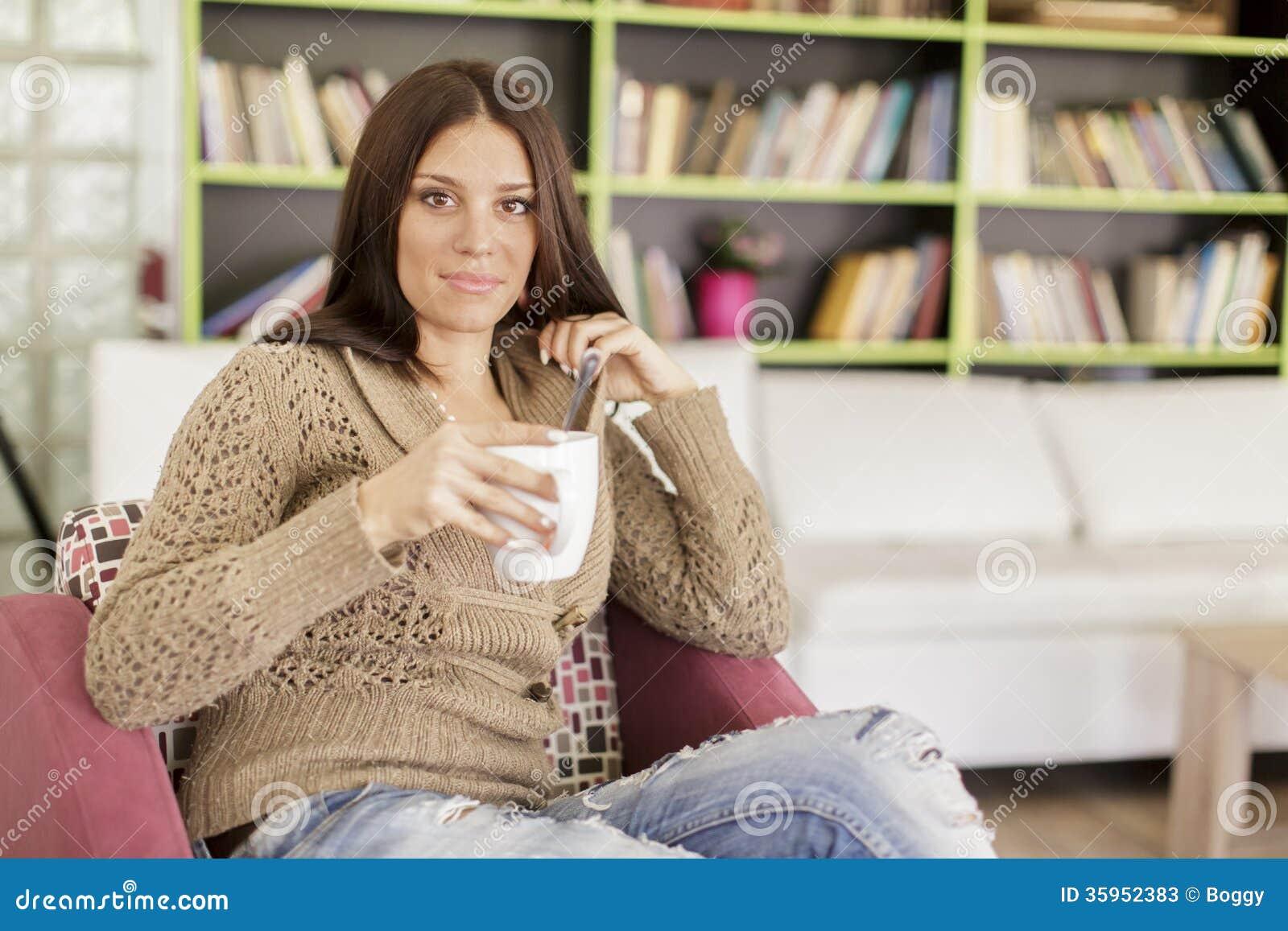 Té de consumición de la mujer joven